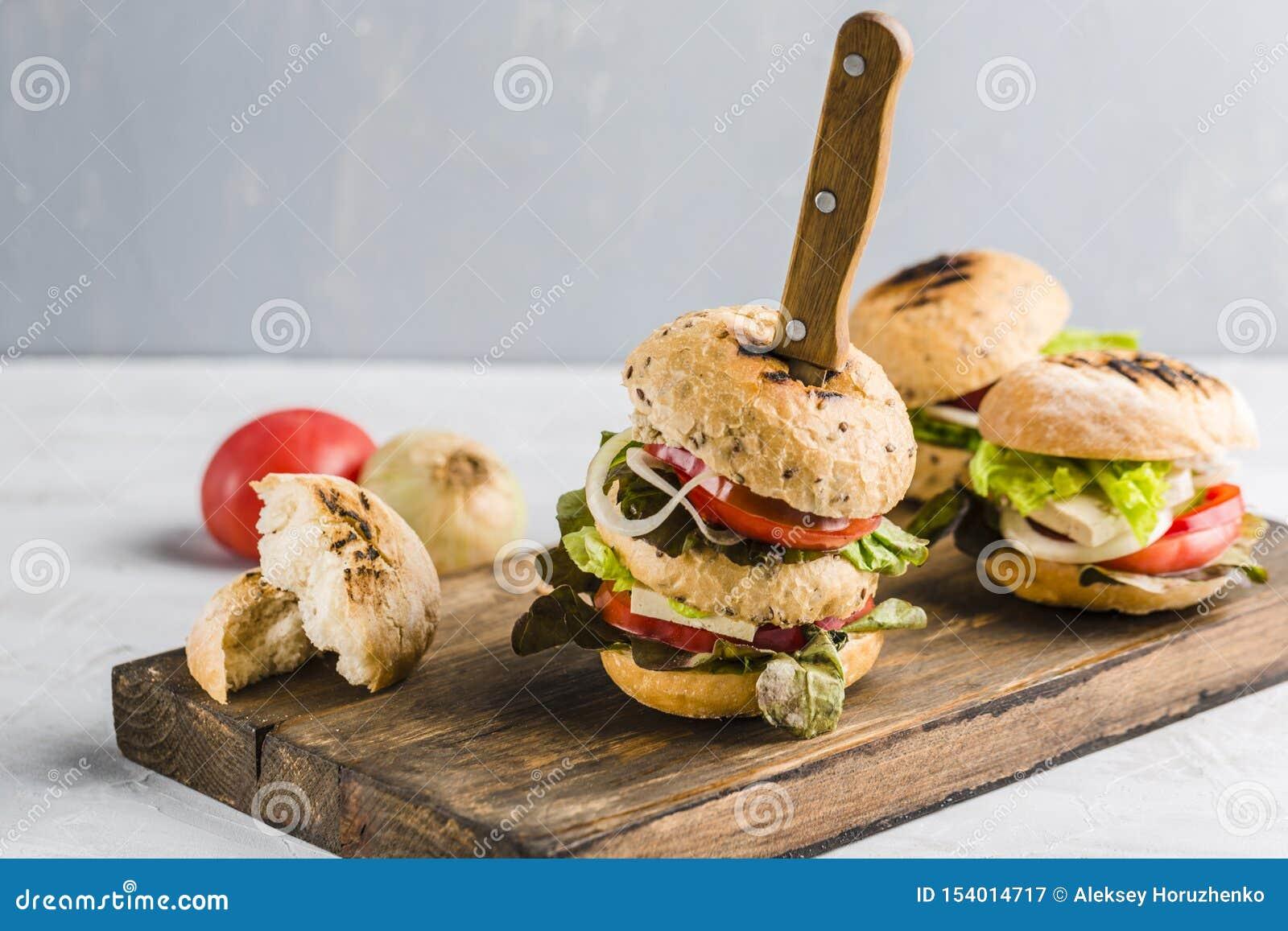 Hamburguer do vegetariano com queijo e cogumelos do tofu
