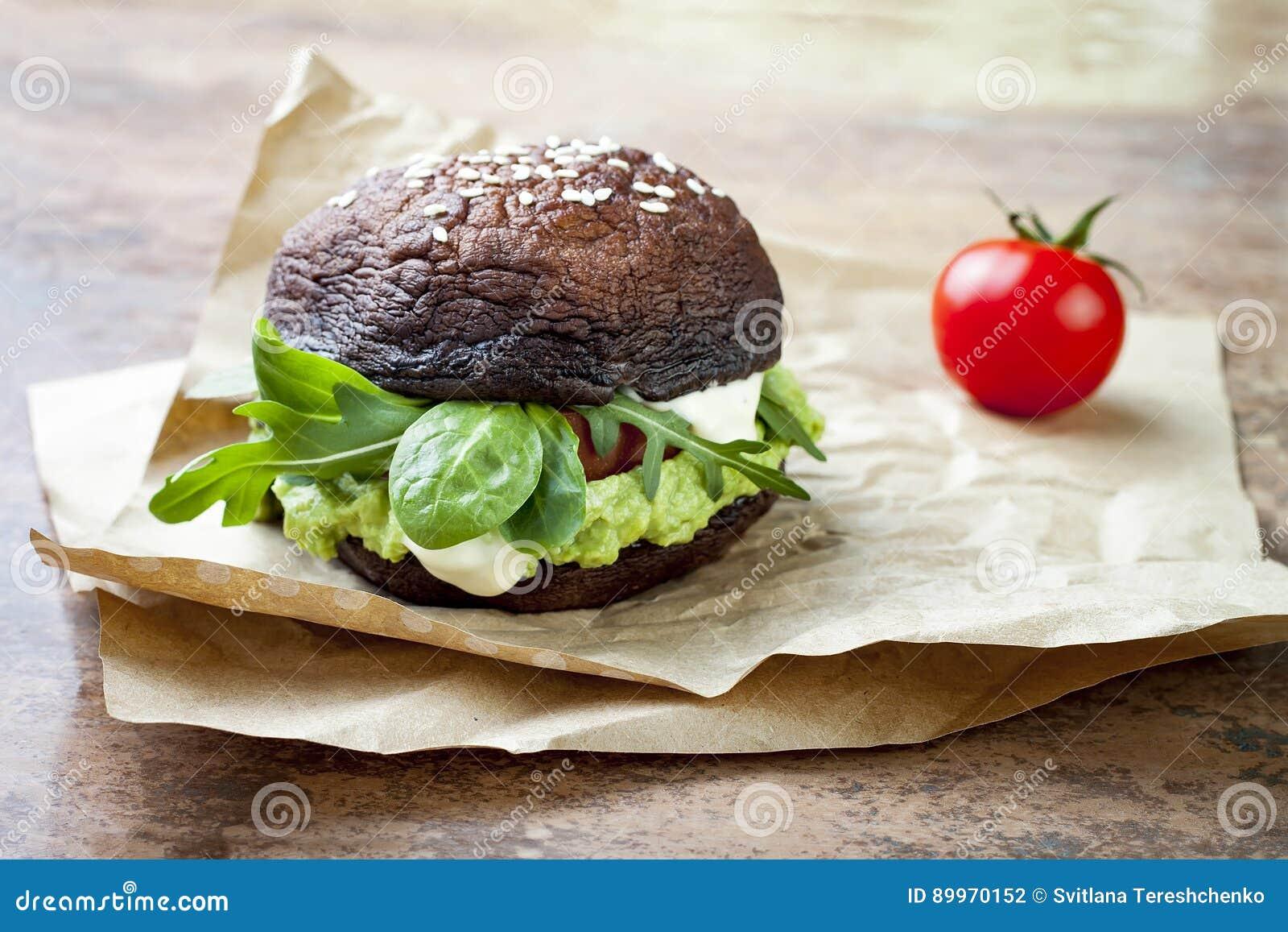 Hamburguer grelhado do cogumelo do bolo do portobello O vegetariano, sem glúten, grão livra, Hamburger saudável dos vegetarianos