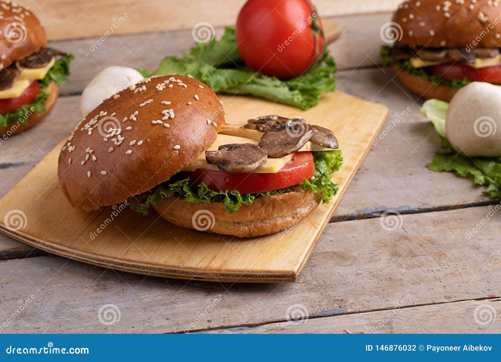 Hamburguesa abierta con el sésamo, ingredientes para la hamburguesa de la seta del vegano