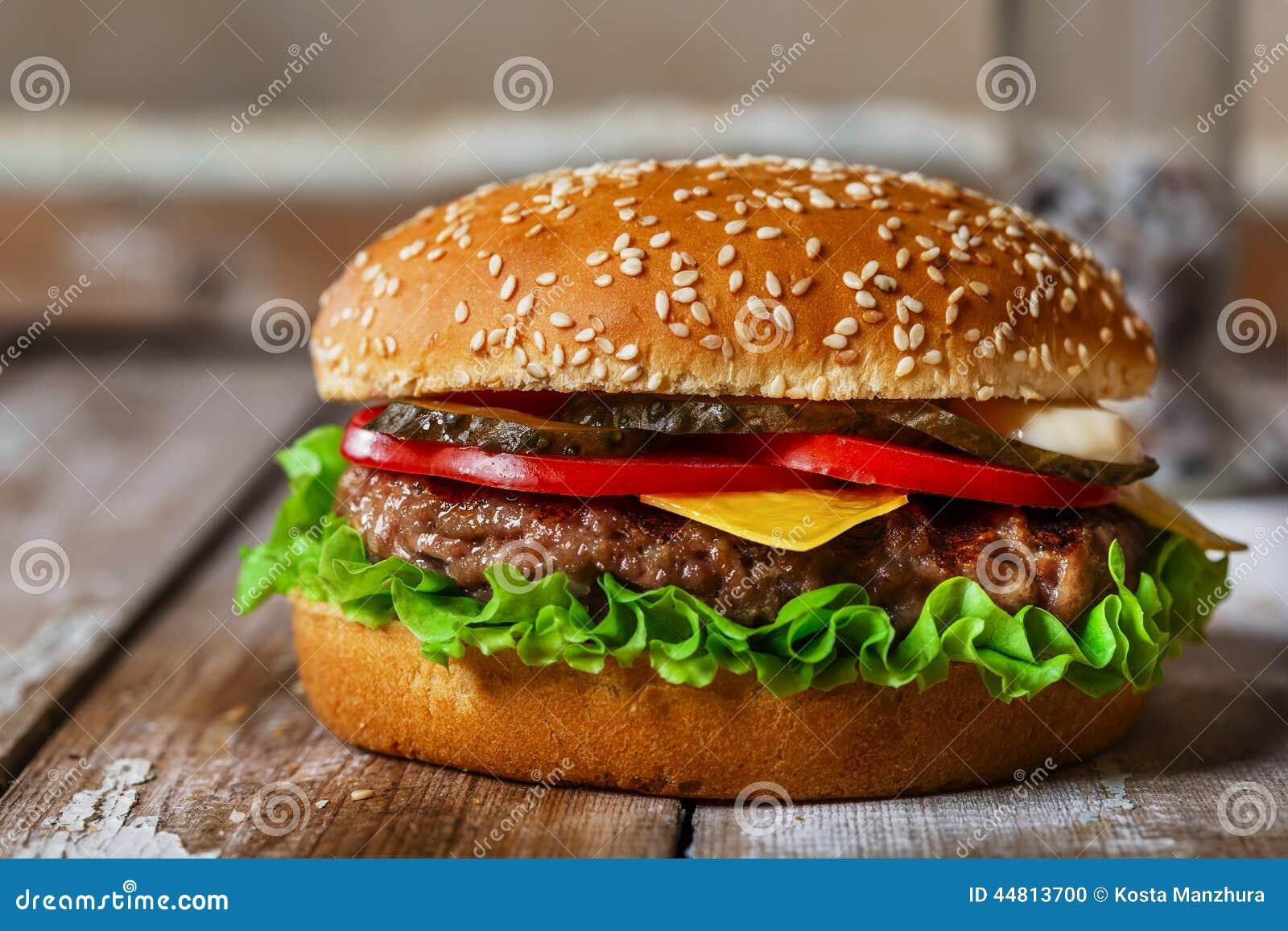 Hamburguesa con la chuleta asada a la parrilla