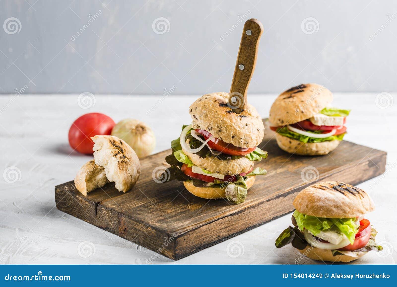 Hamburguesa del vegano con queso y setas del queso de soja