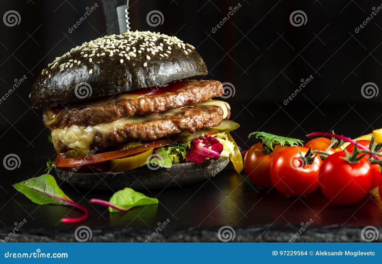 Hamburguesa doble negra hecha de la carne de vaca, con pimienta del jalapeno