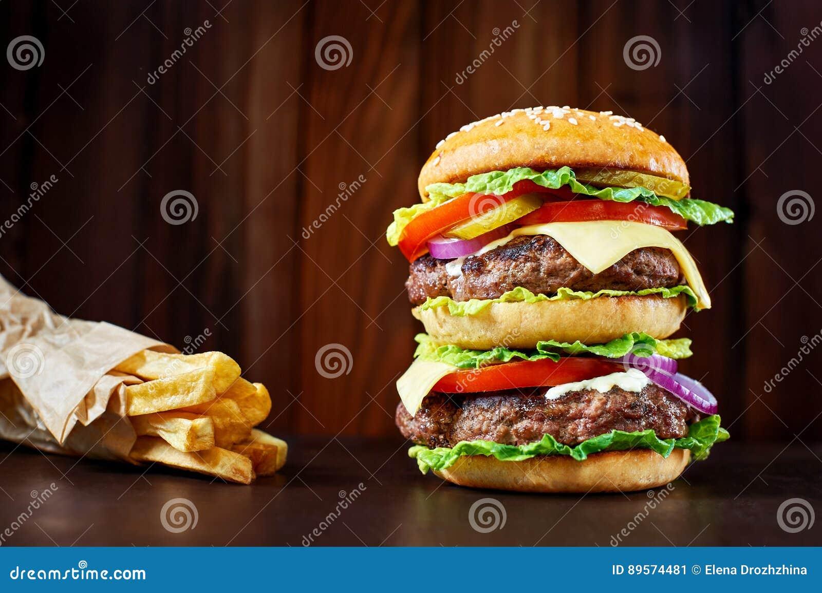 Hamburguesa grande con las patatas fritas