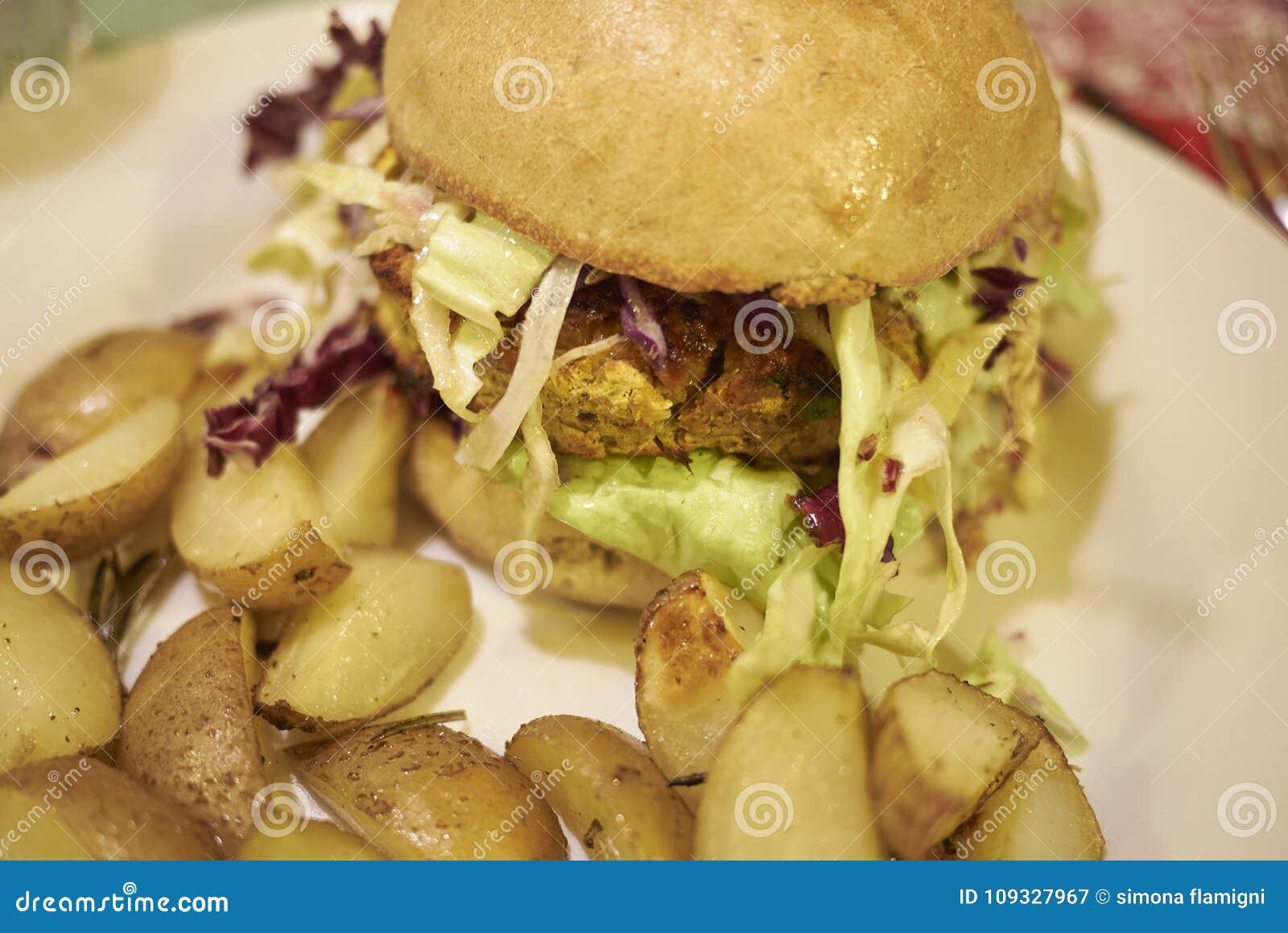 Hamburguesa vegetariana con las patatas asadas