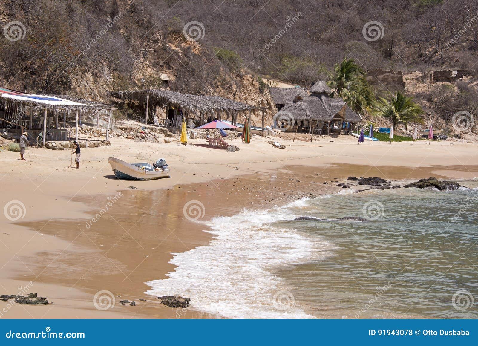Hameau de pêche par l océan pacifique mexicain