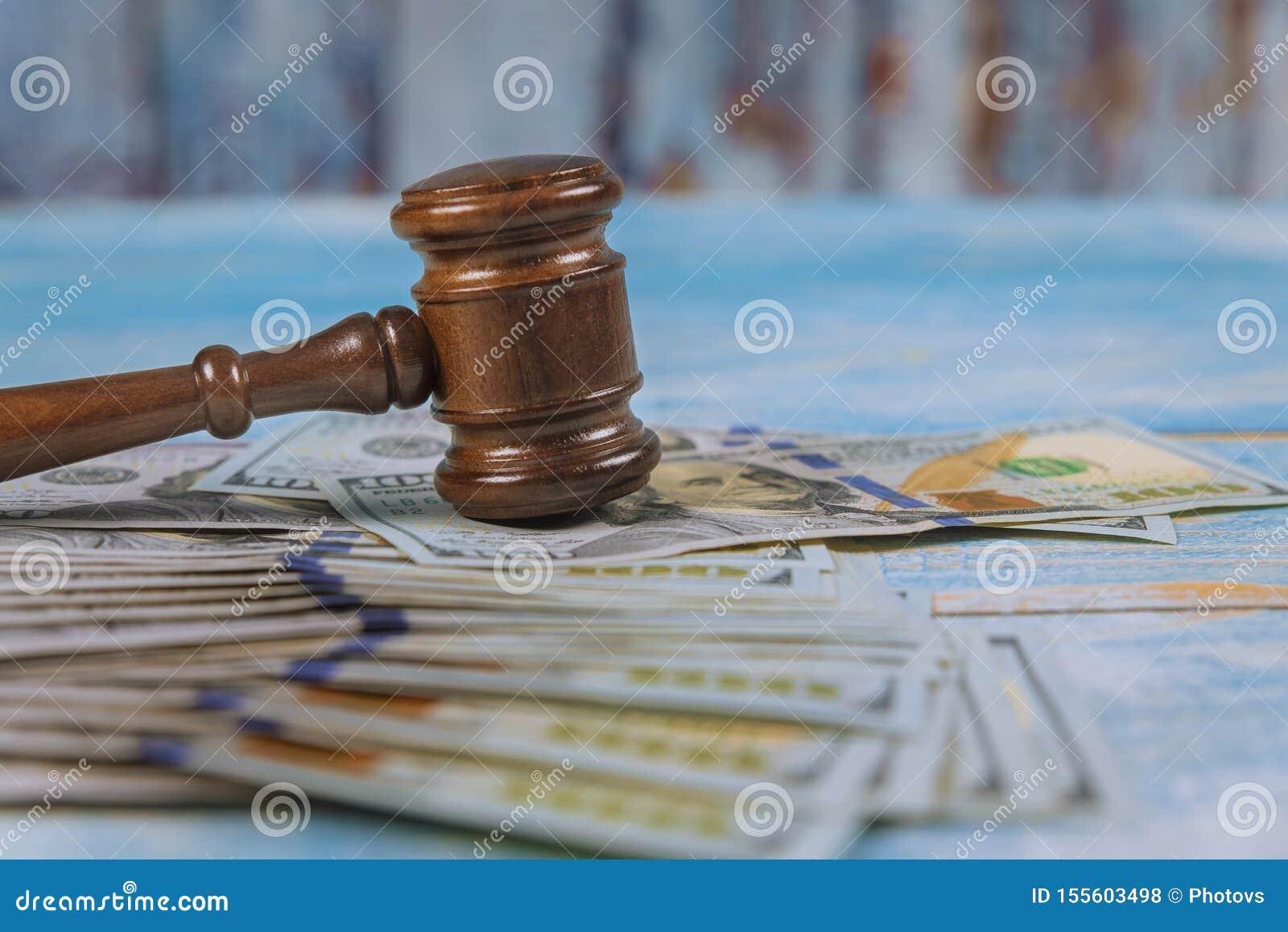 Hammaredomare och dollar på trätabellslut upp korruption, finansiellt brott för pengar