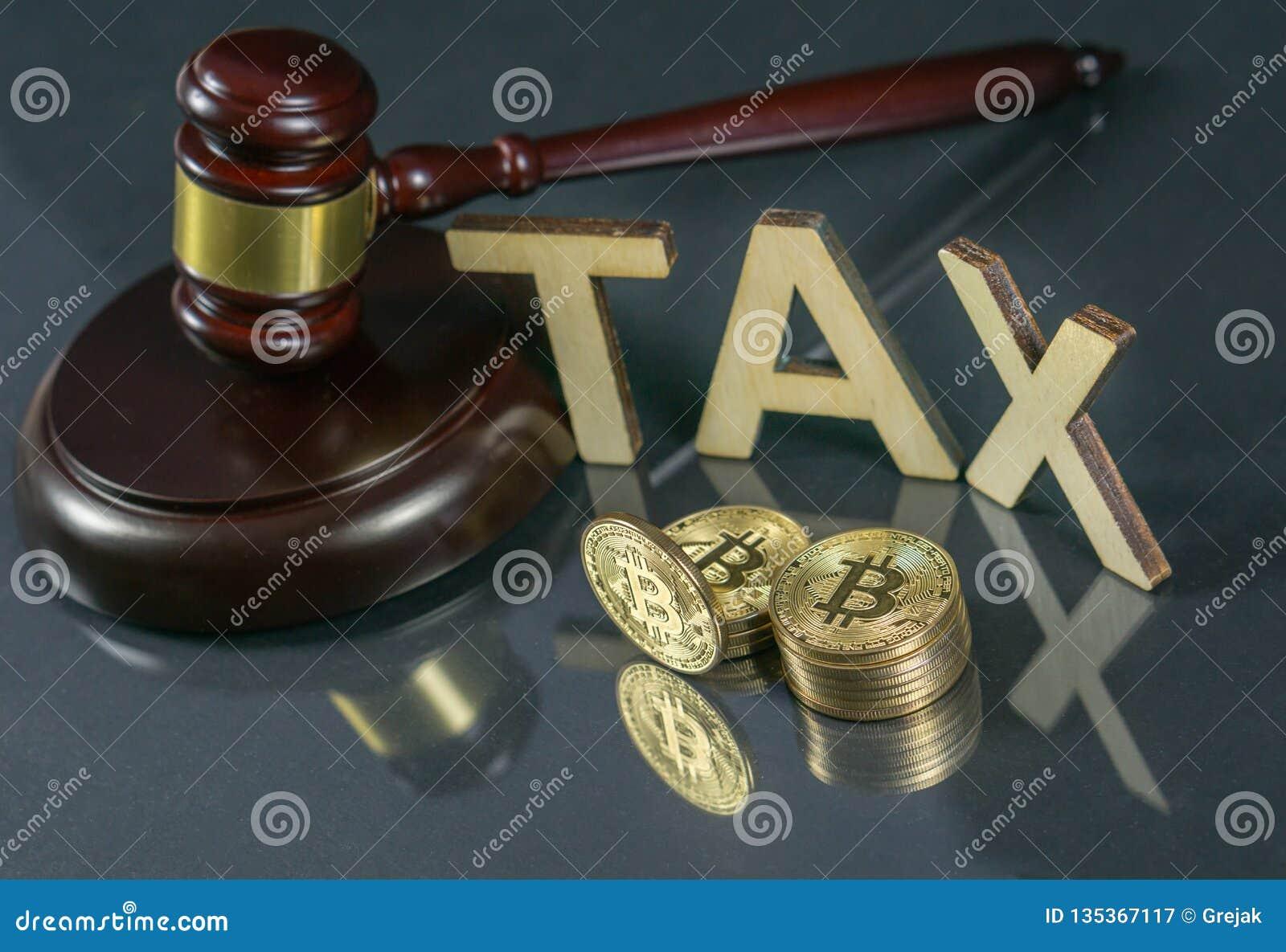Hammer und cryptocurrency Regierungsverordnungskonzept Steuerzahlung