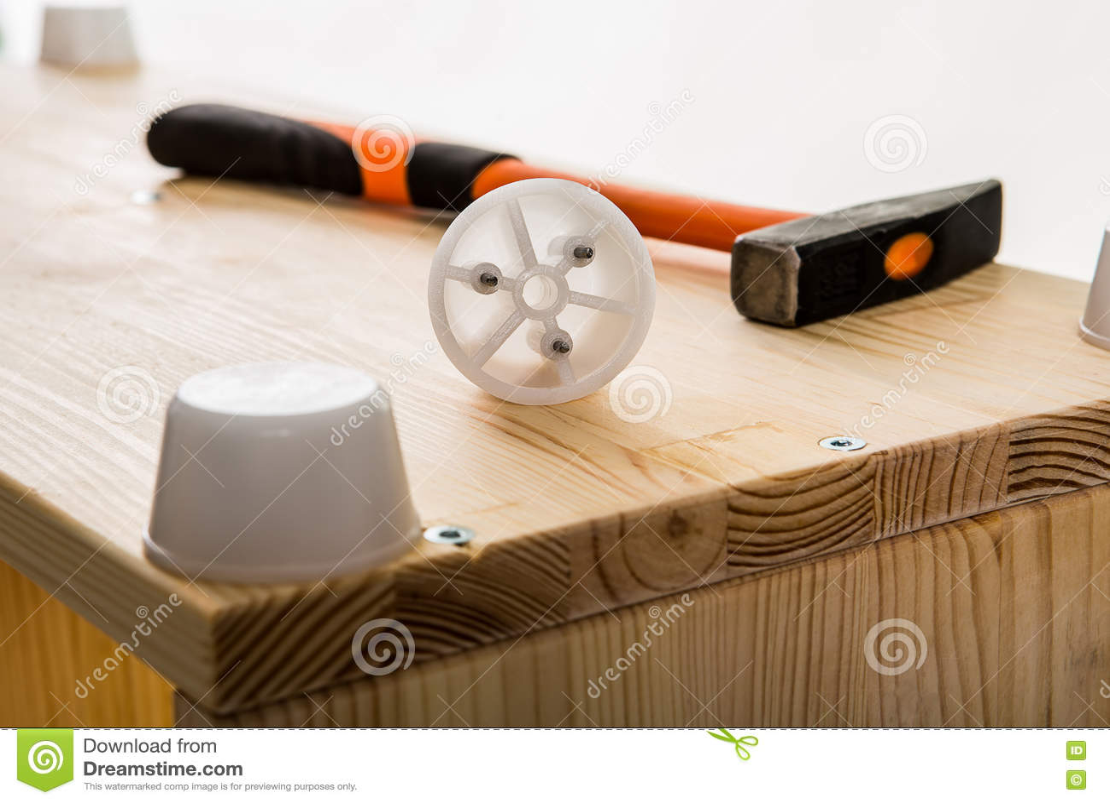 Hammer Und Plastikmöbeldetail über Hölzernes Modul Stockbild Bild