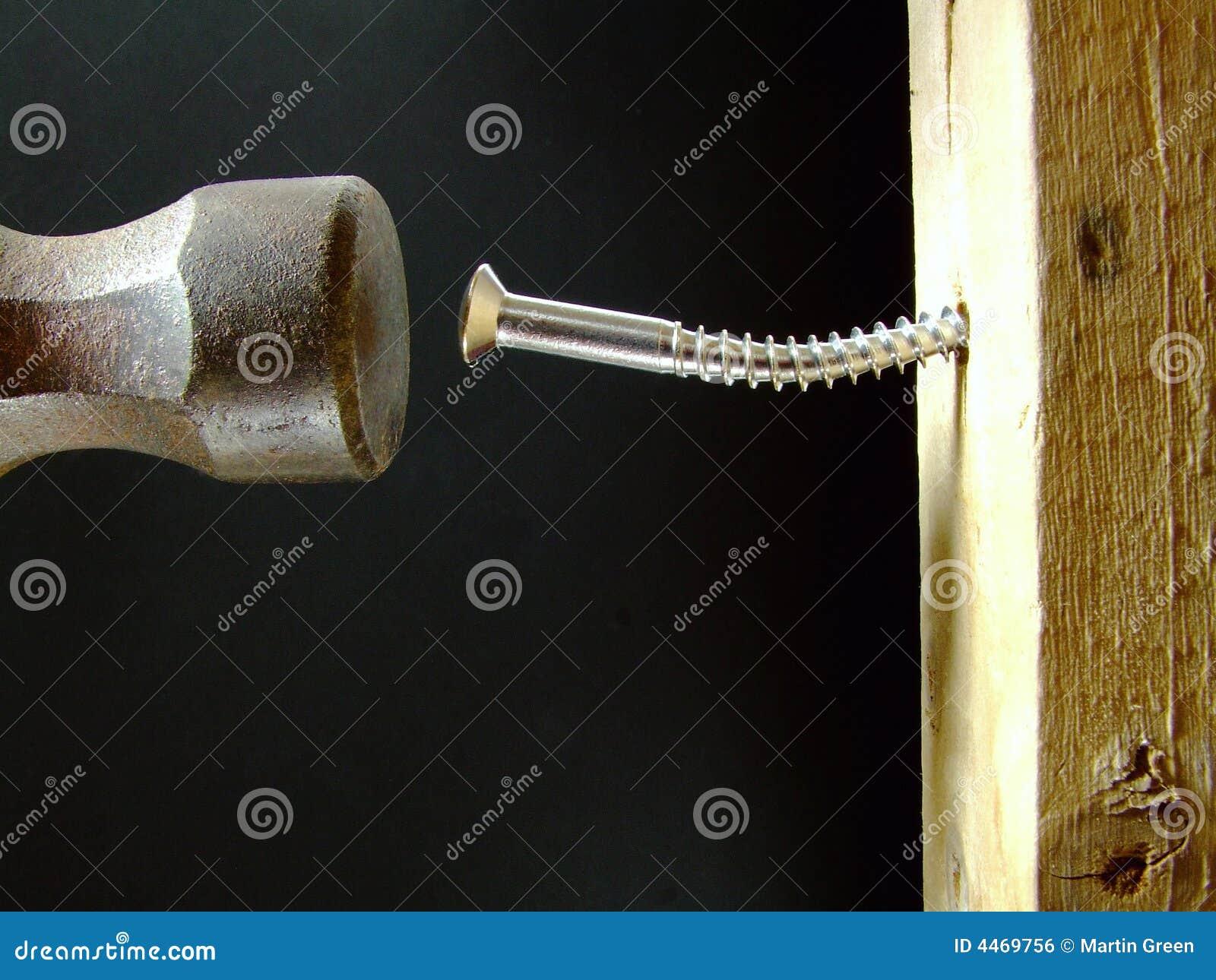 Hammern einer Schraube