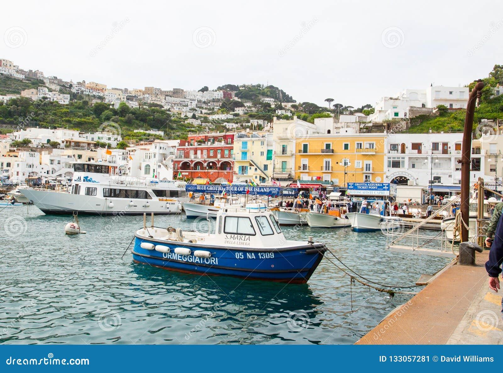 Hamnar av Capri i fjärden av Naples Italien