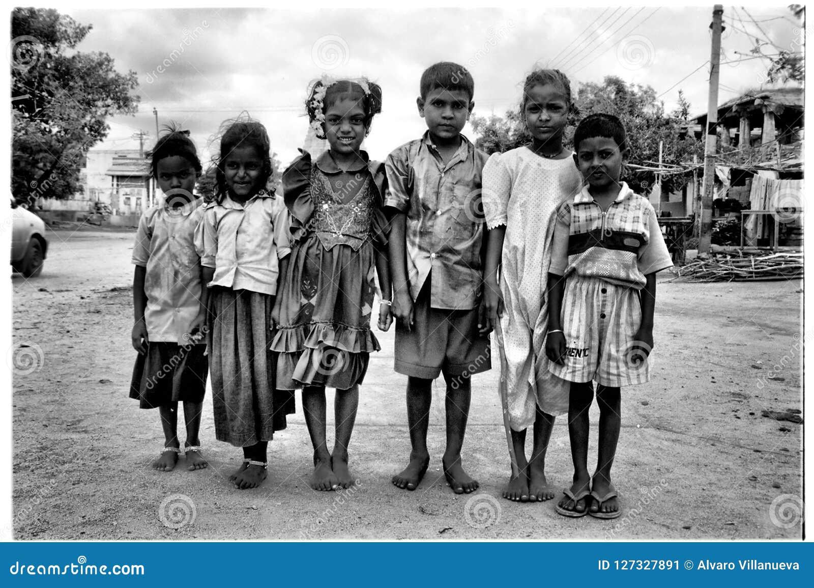 Hampi Kartanaka, Indien, circa Juni 2002: Posera för unga barn