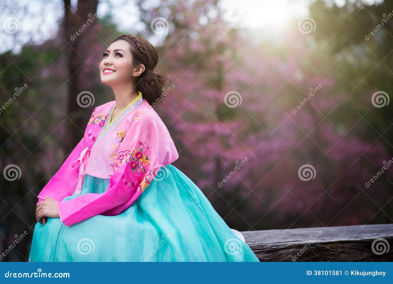 Hanbok: de traditionele Koreaanse kleding en mooie Aziatische meisjeswi