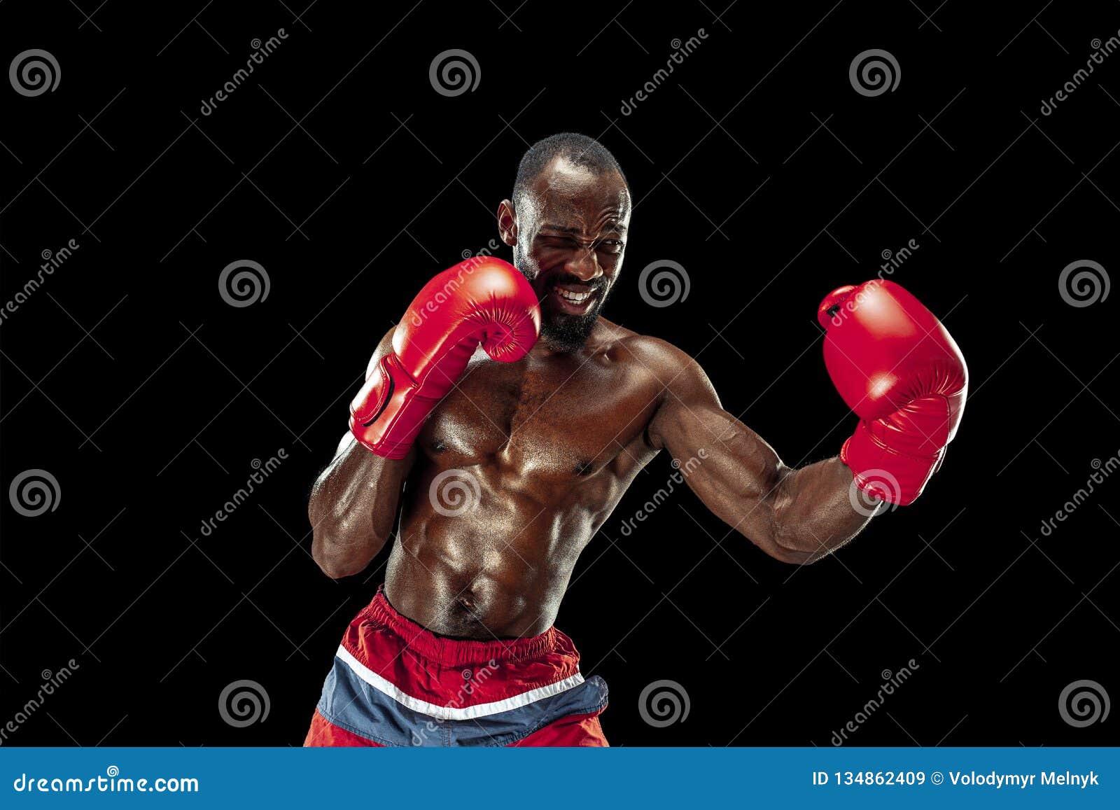 Hand av boxaren över svart bakgrund Styrka-, attack- och rörelsebegrepp