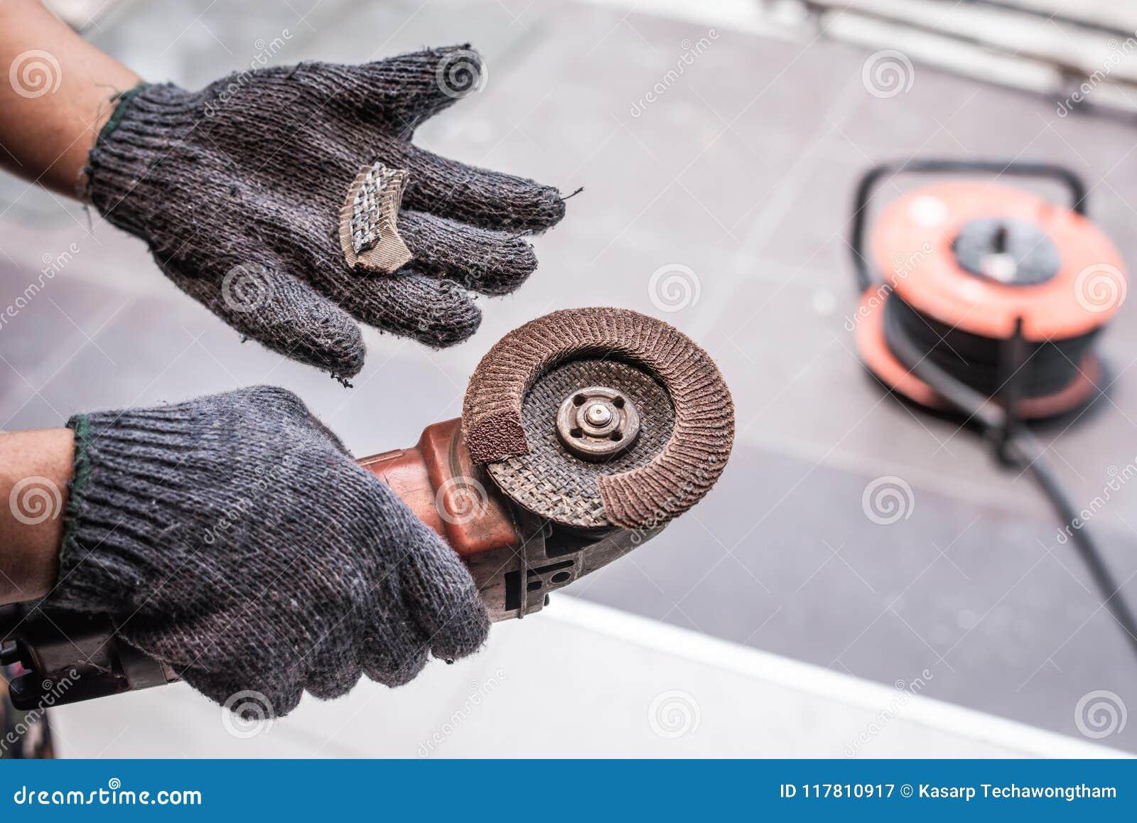 Hand av brutna blad för molar för arbetarmanhåll Faror av att använda