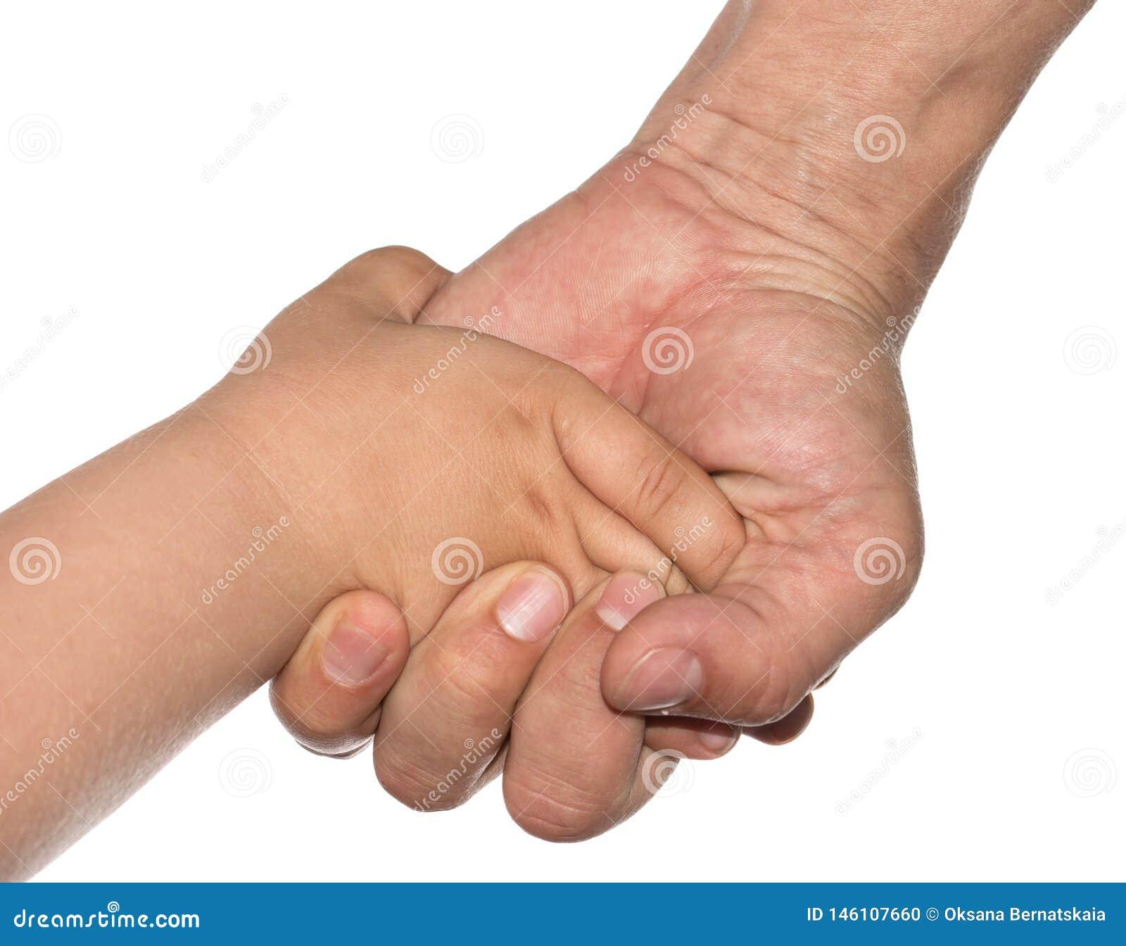 Hand av ett barn och en fader på en vit bakgrund