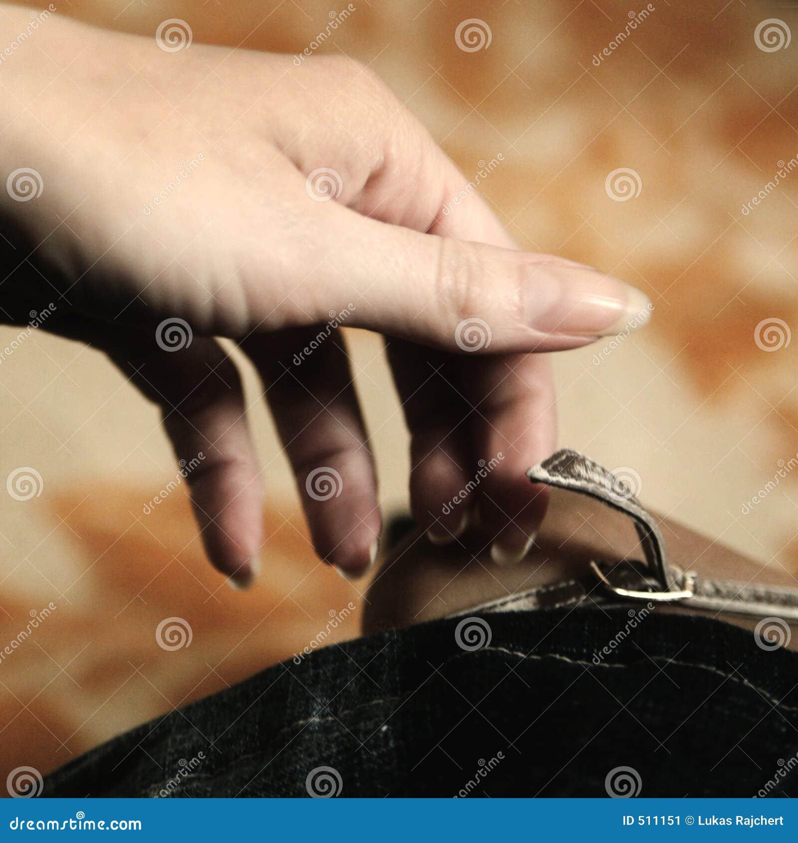 Hand av s-skon som tar kvinnan