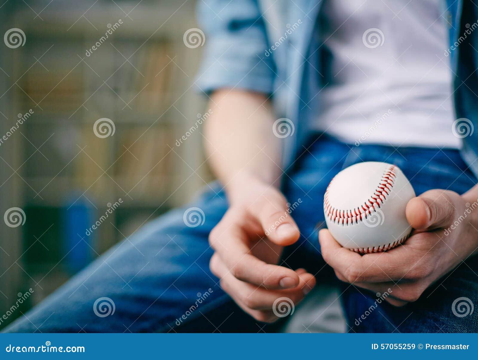 In hand de bal van het tennis
