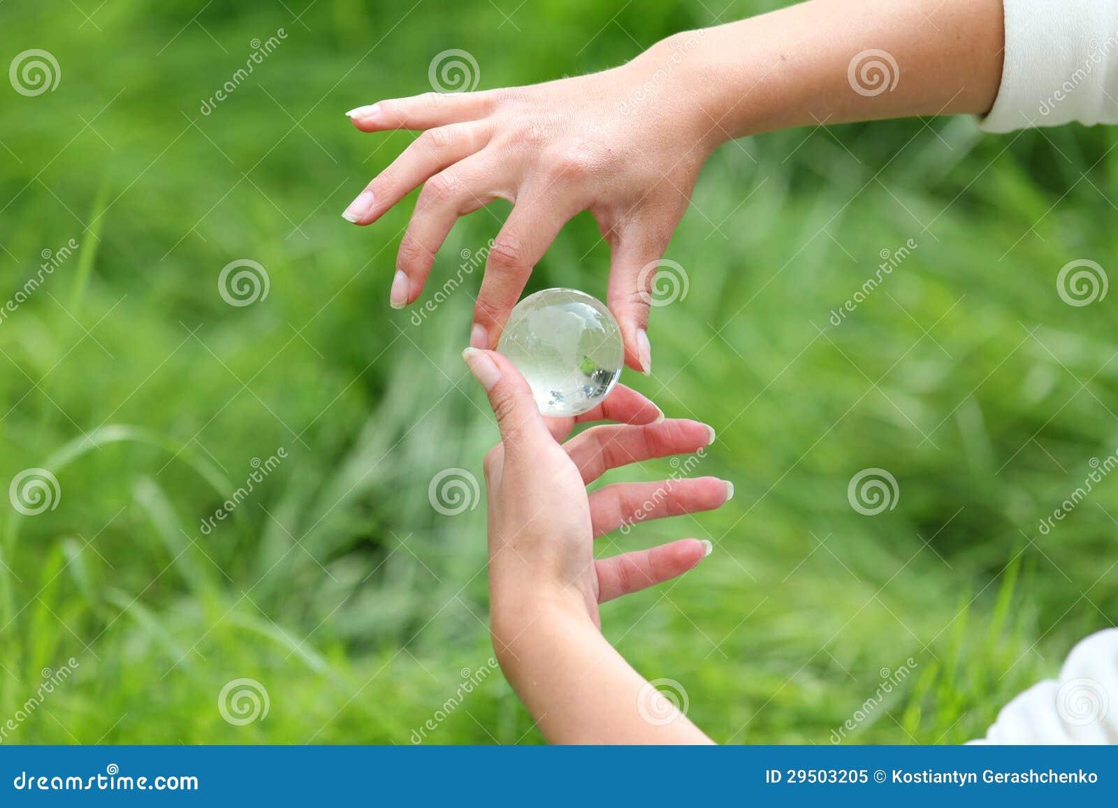 In hand de bol van het glas