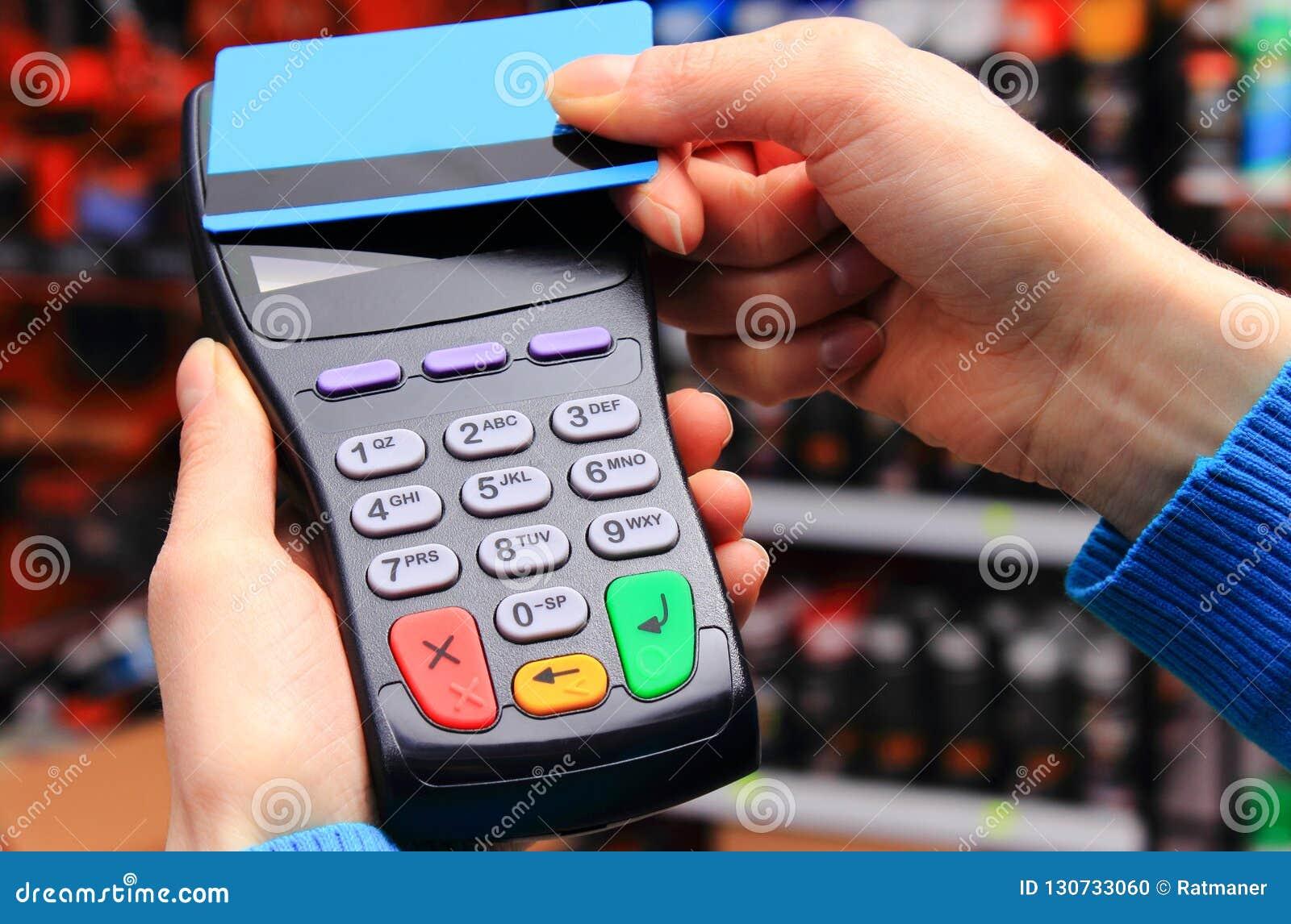 Hand der Frau zahlend mit kontaktloser Kreditkarte, NFC-Technologie