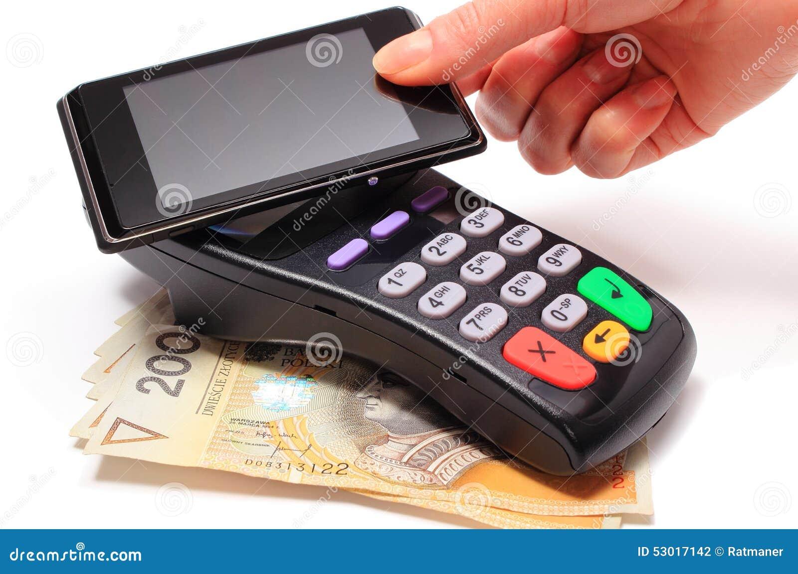 Hand der Frau zahlend mit NFC-Technologie am Handy