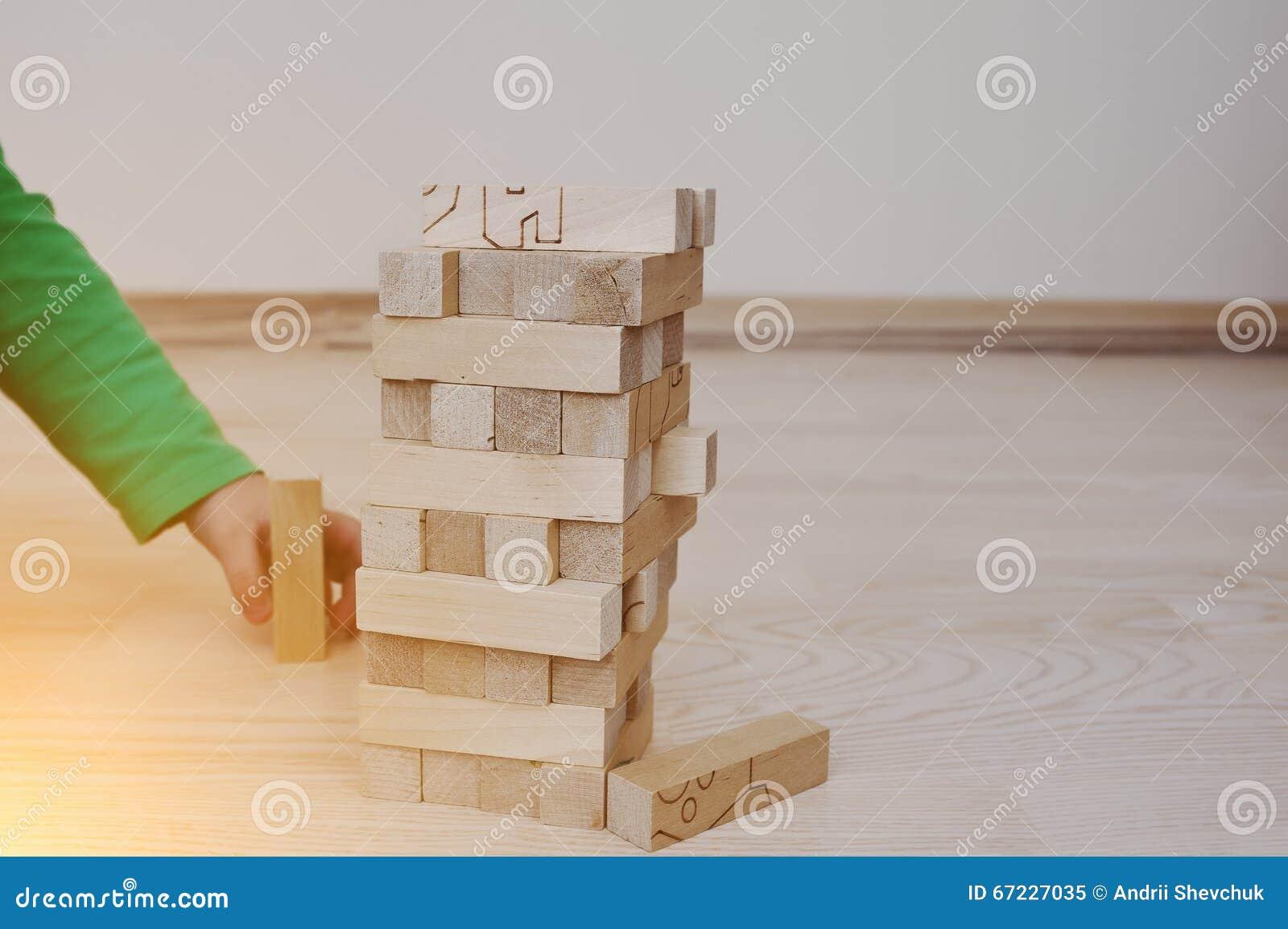 Fußboden Aus Holzklötzen ~ Hand des babys die entwicklungsspiel von holzklötzen spielte