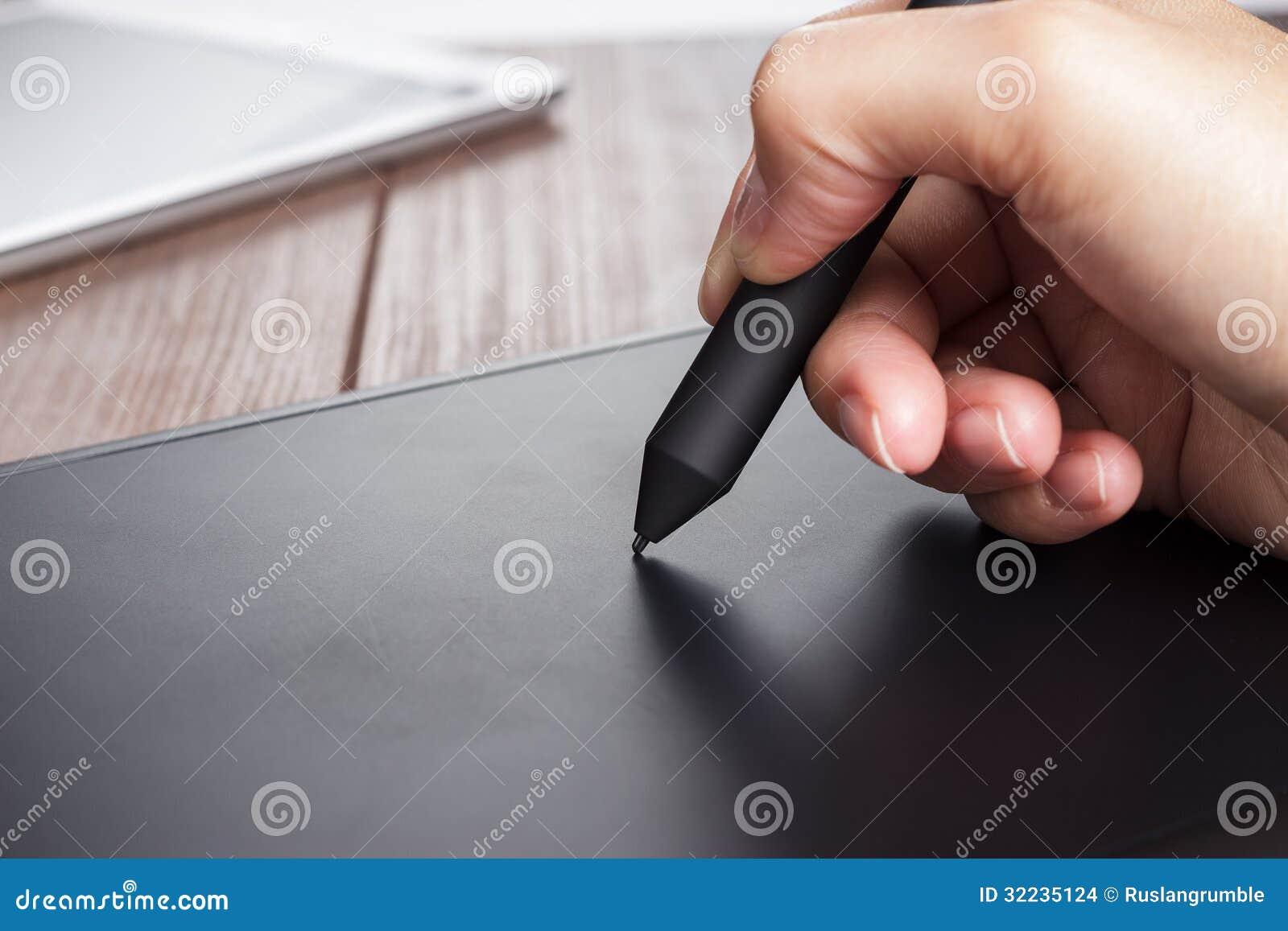 Hand des Designers mit Stift auf Tablette