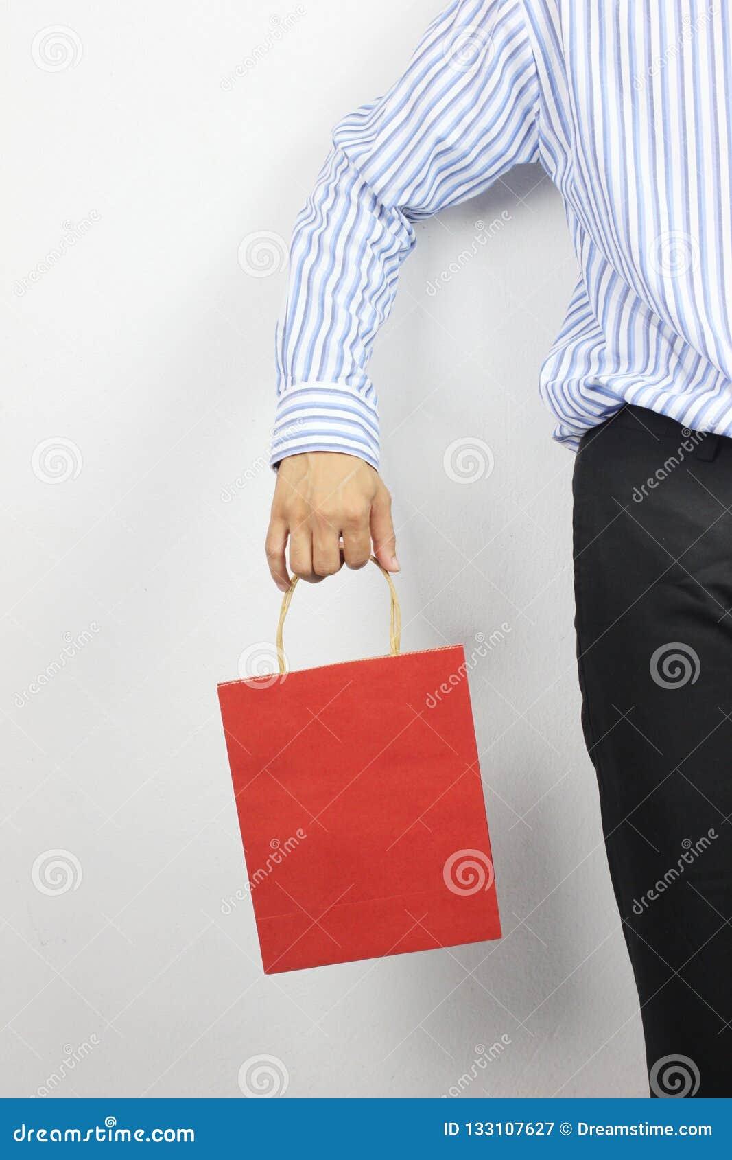 Hand des Geschäftsmannes rote Papiertüte halten