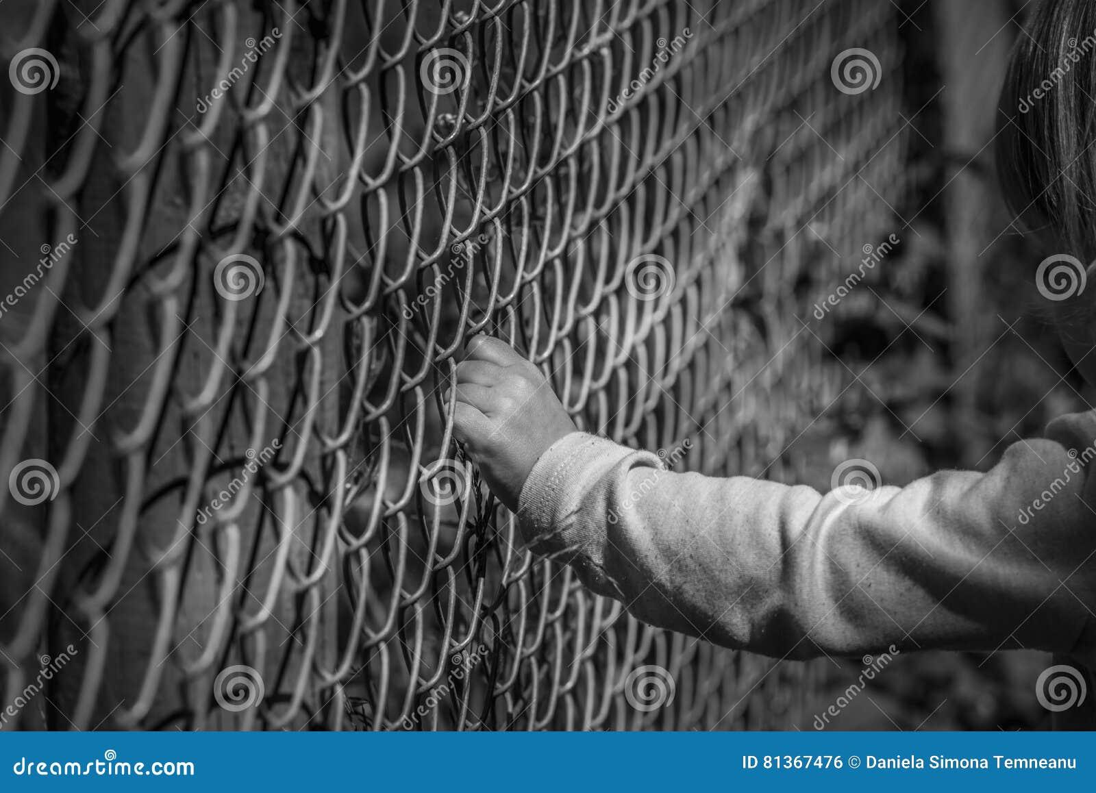Hand Des Kleinen Madchens Die Zaun Halt Stockfoto Bild Von