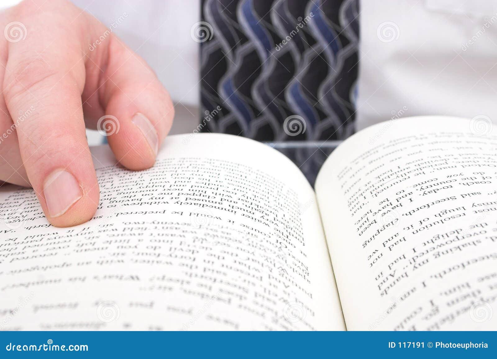 Hand des Mannes auf geöffnetem Buch