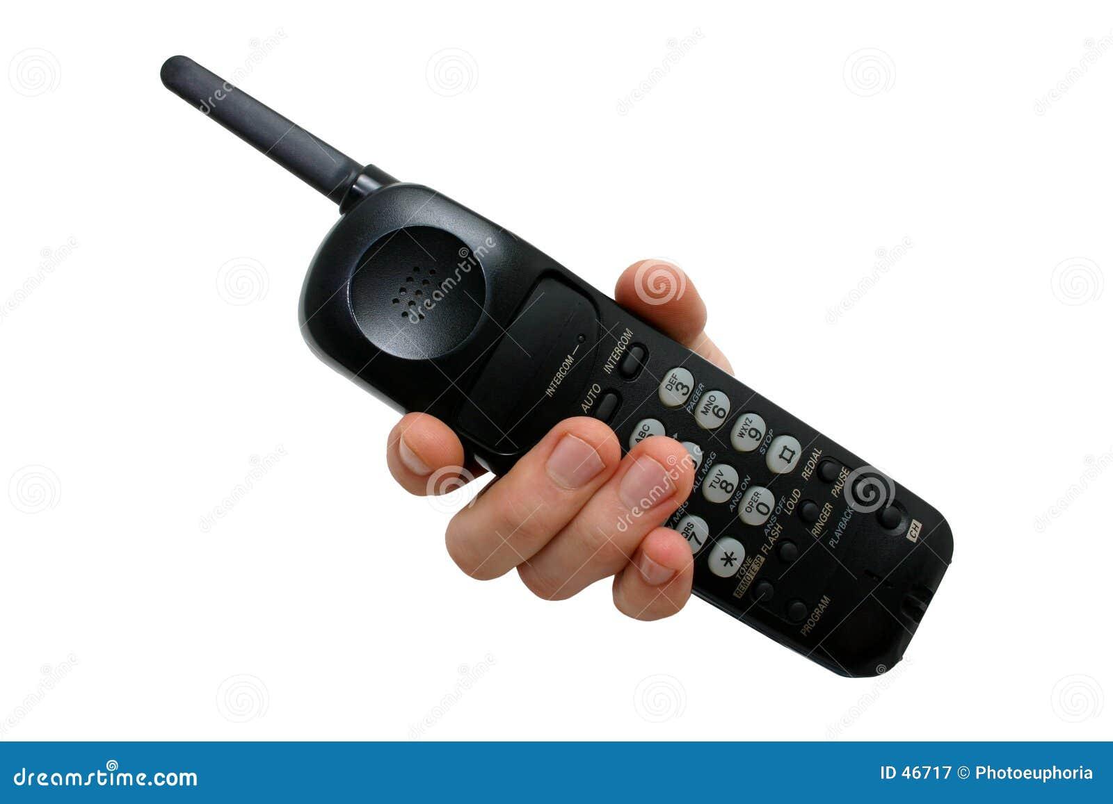 Hand des Mannes am schwarzen drahtlosen Telefon