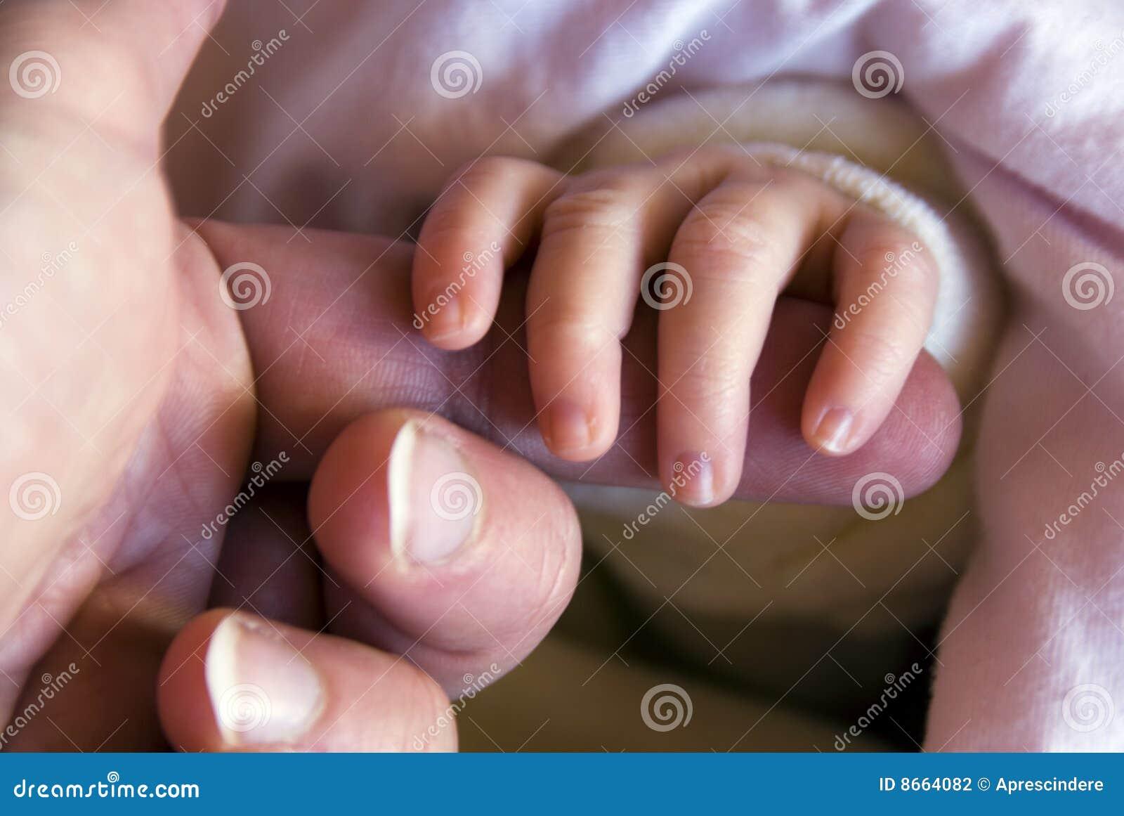 Hand des neugeborenen Schätzchens