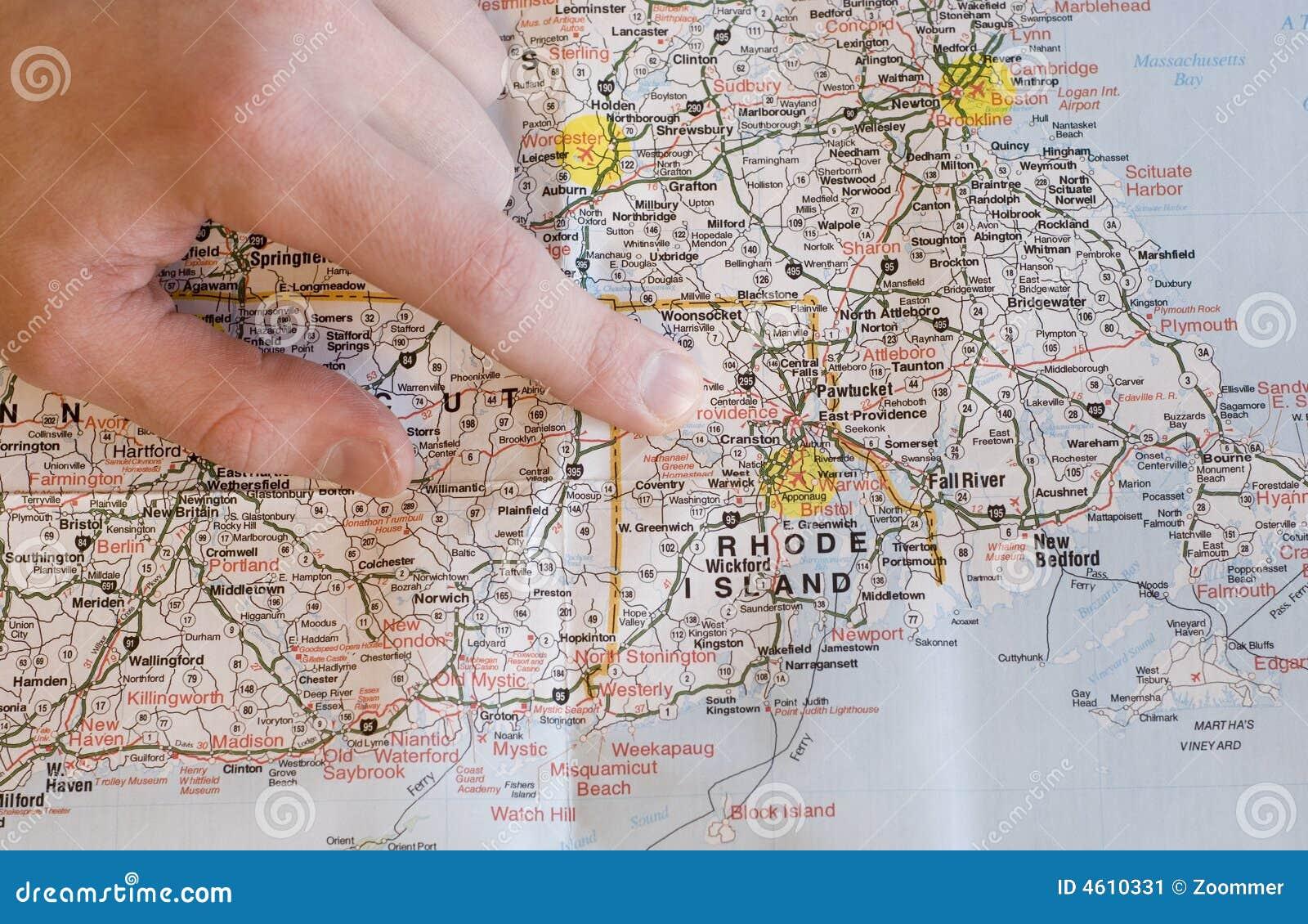 Hand, die auf die Karte findet Richtungen zeigt