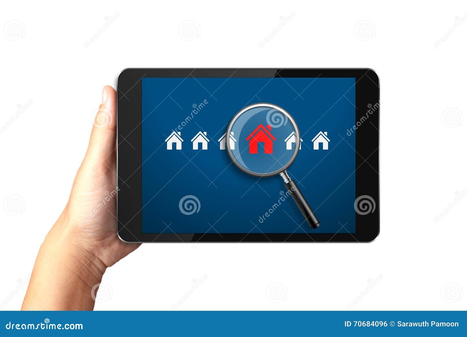 Hand die digitale tablet met het Zoeken naar huis van huis houden