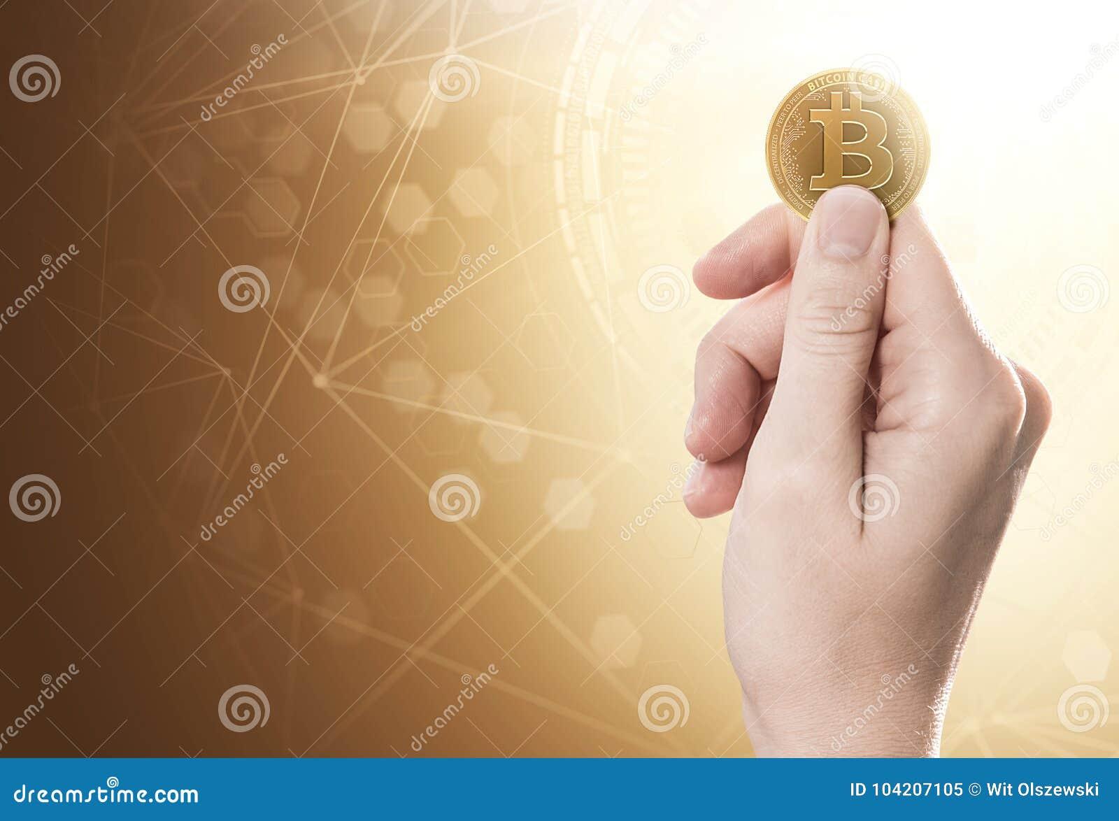 Hand die een Bitcoin-Contant geldmuntstuk op een heldere achtergrond met blockchainnetwerk houden Inbegrepen exemplaarruimte