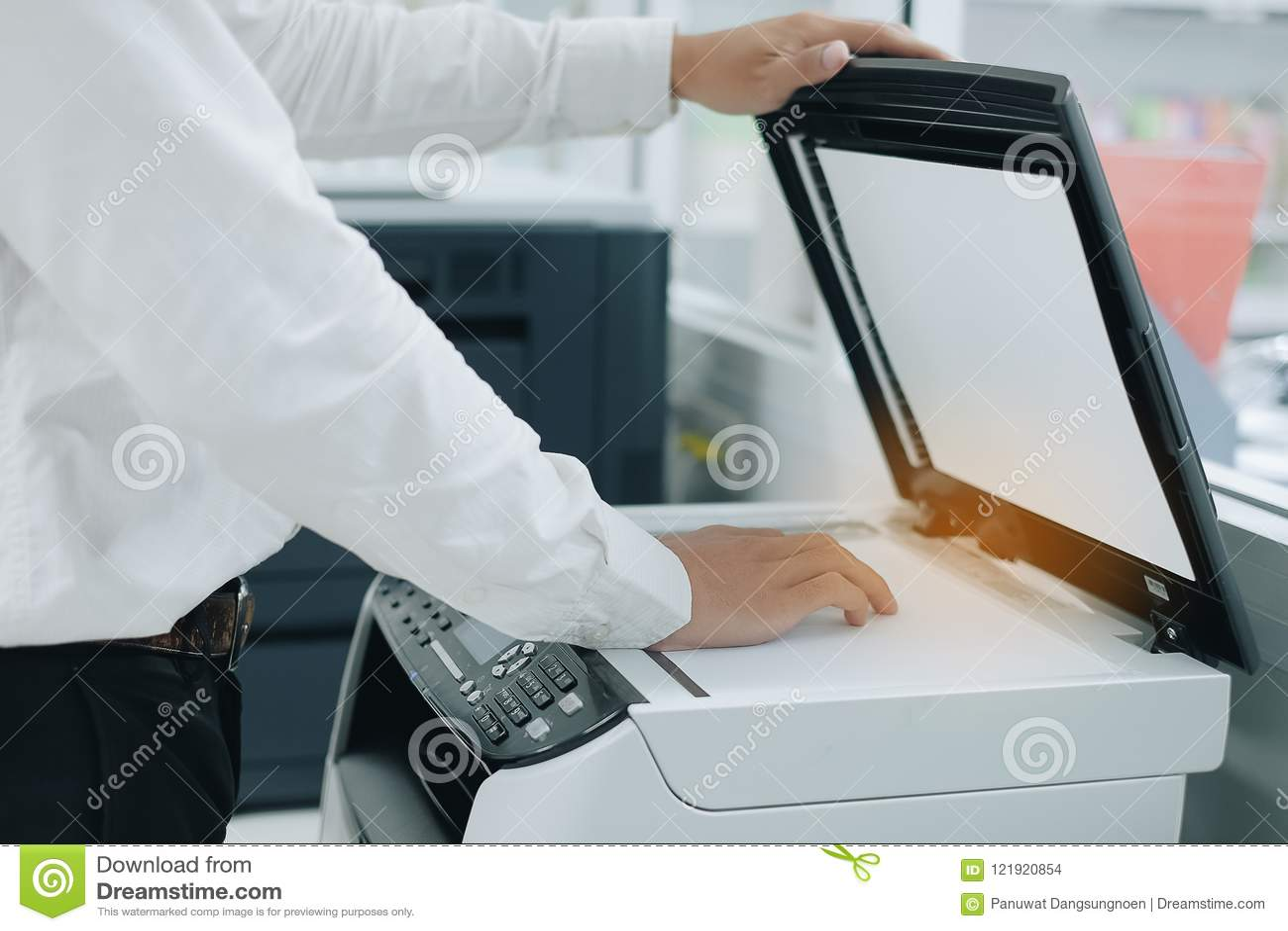 Hand die een documentdocument in printerscanner of de machine van het laserexemplaar in bureau zetten