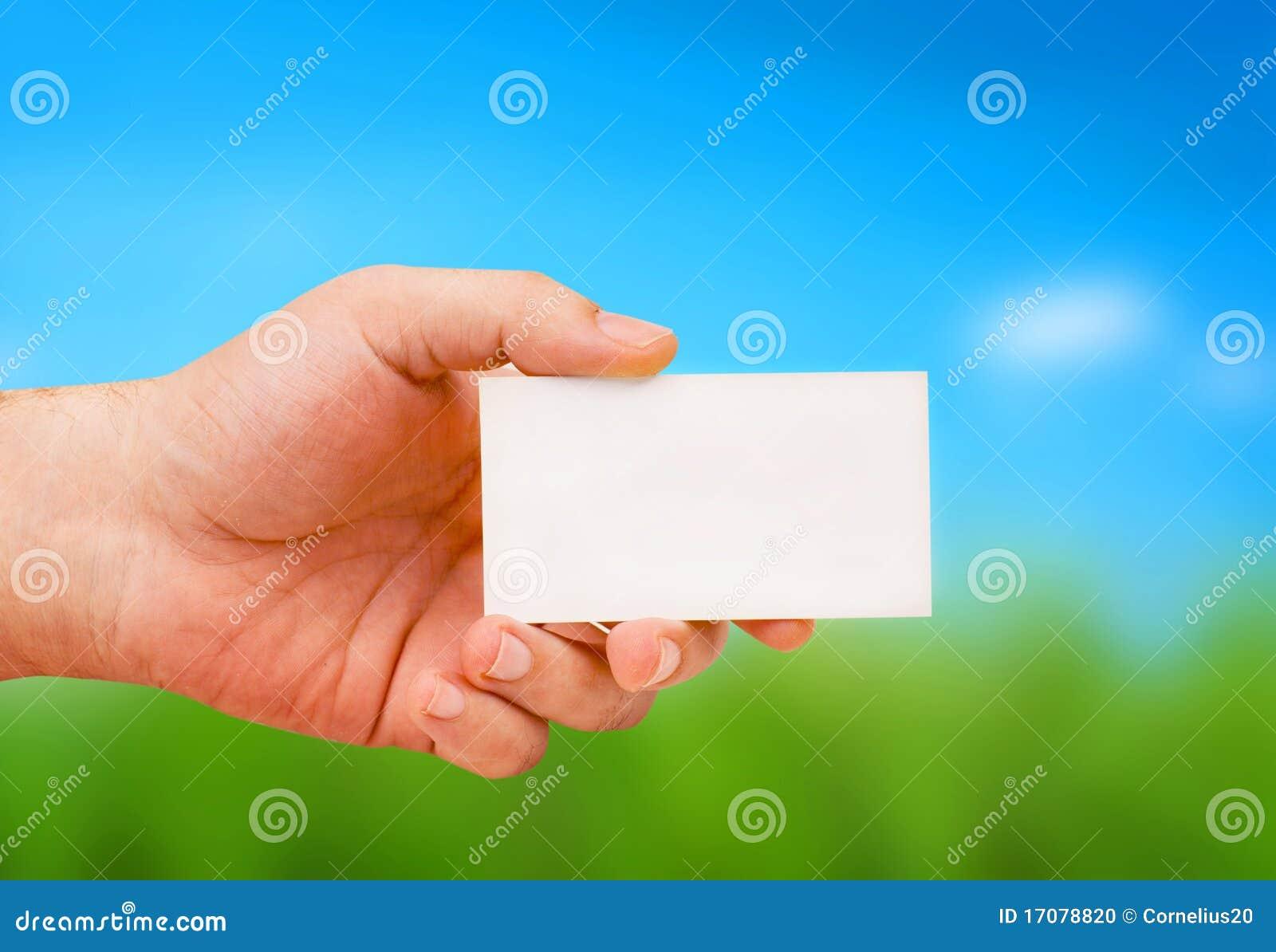 Hand, die eine Karte anhält