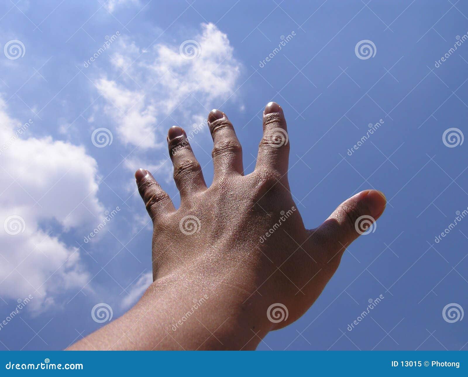 Hand, die für den Himmel erreicht
