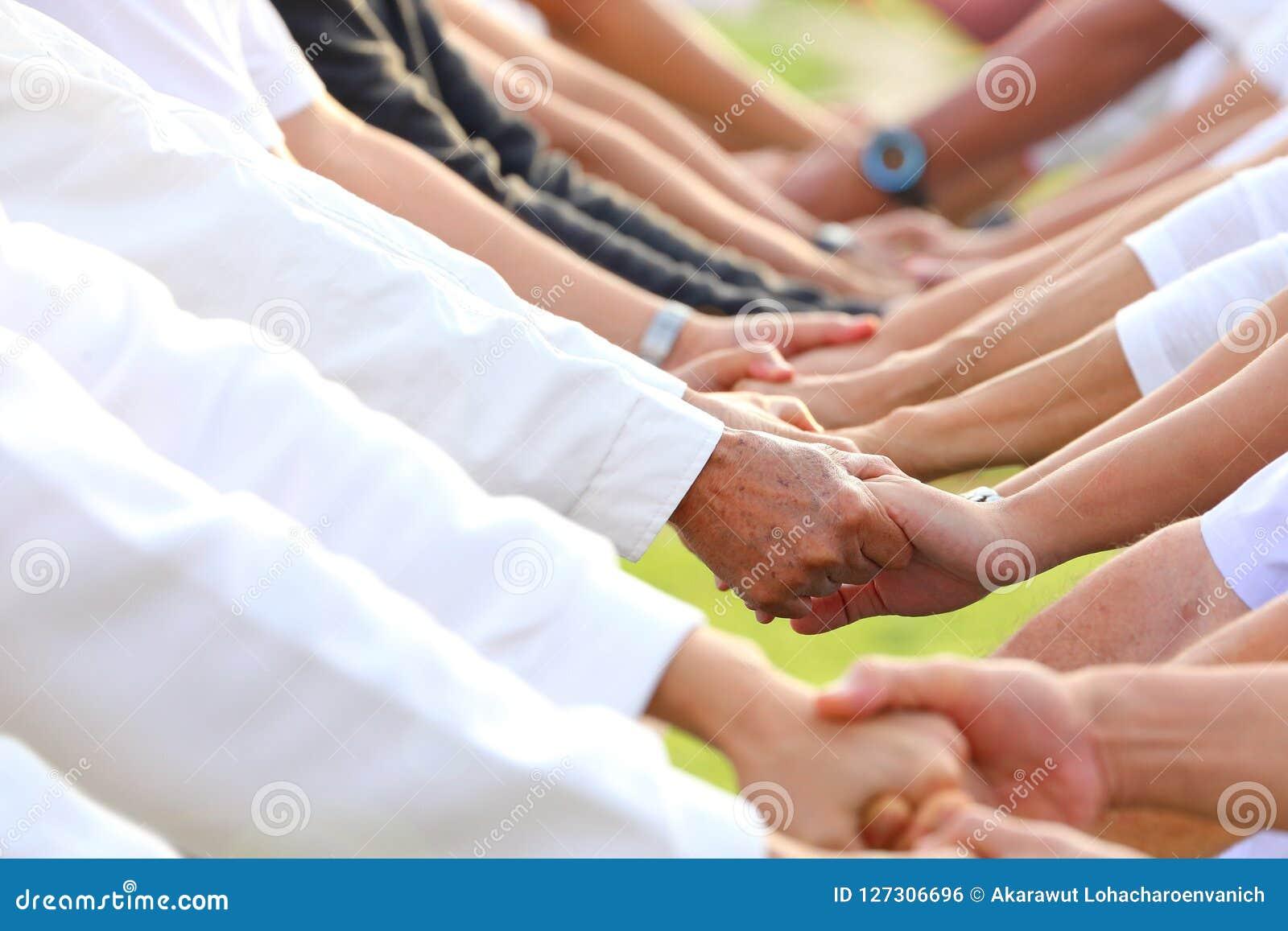 Hand, die für die Unterstützung und Empathie hält