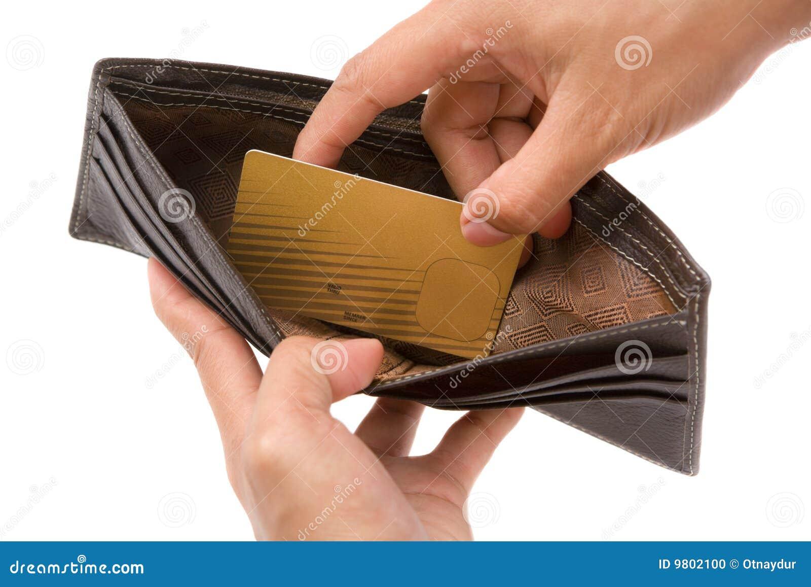 Hand die gouden creditcard van portefeuille neemt