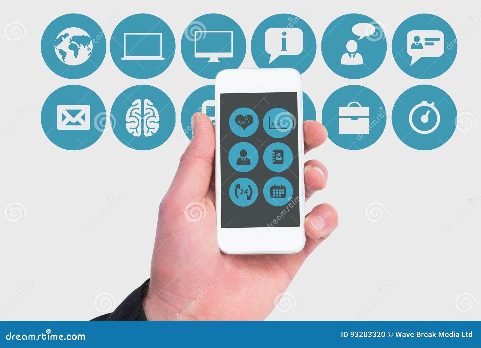 Hand die het scherm van een smartphone tonen tegen de mobiele achtergrond van toepassingenpictogrammen