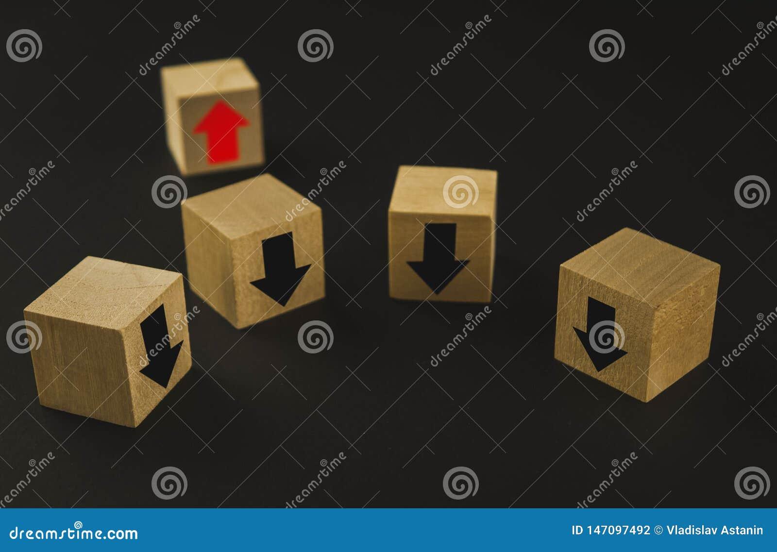 Hand die houten kubusblok op hoogste piramide houten blokken zetten met rode pijlen die tegengesteld aan de zwarte pijlen onder o