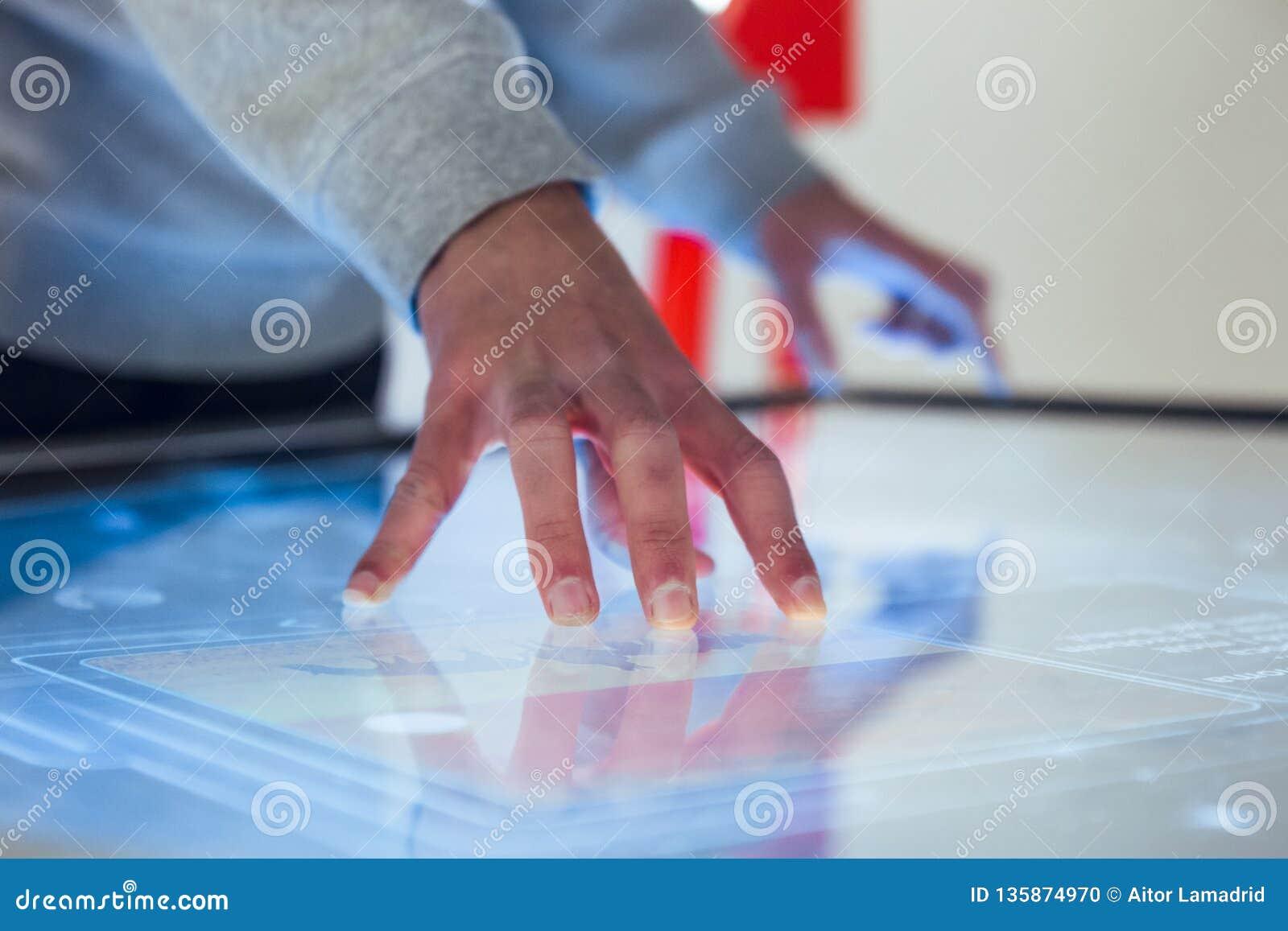 Hand die met groot touch screen in wisselwerking staan