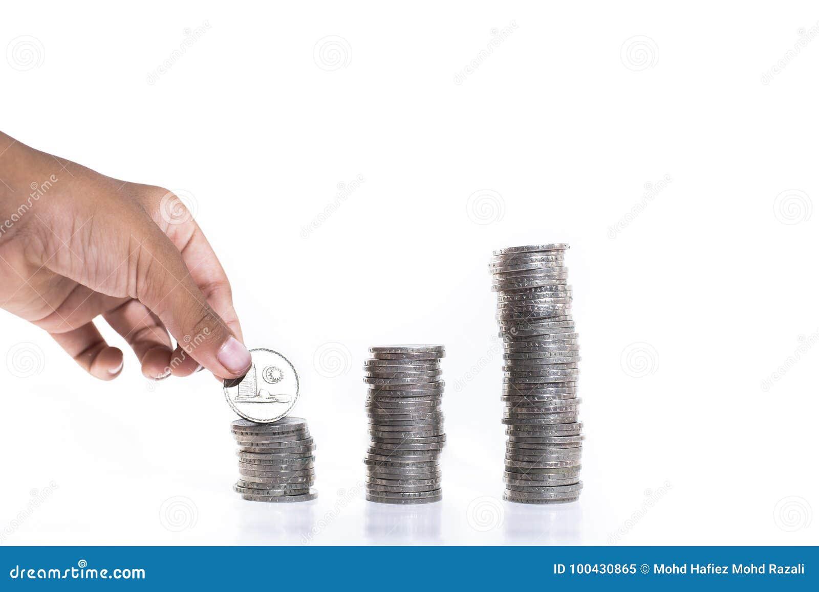 Hand die muntstukken stapelen