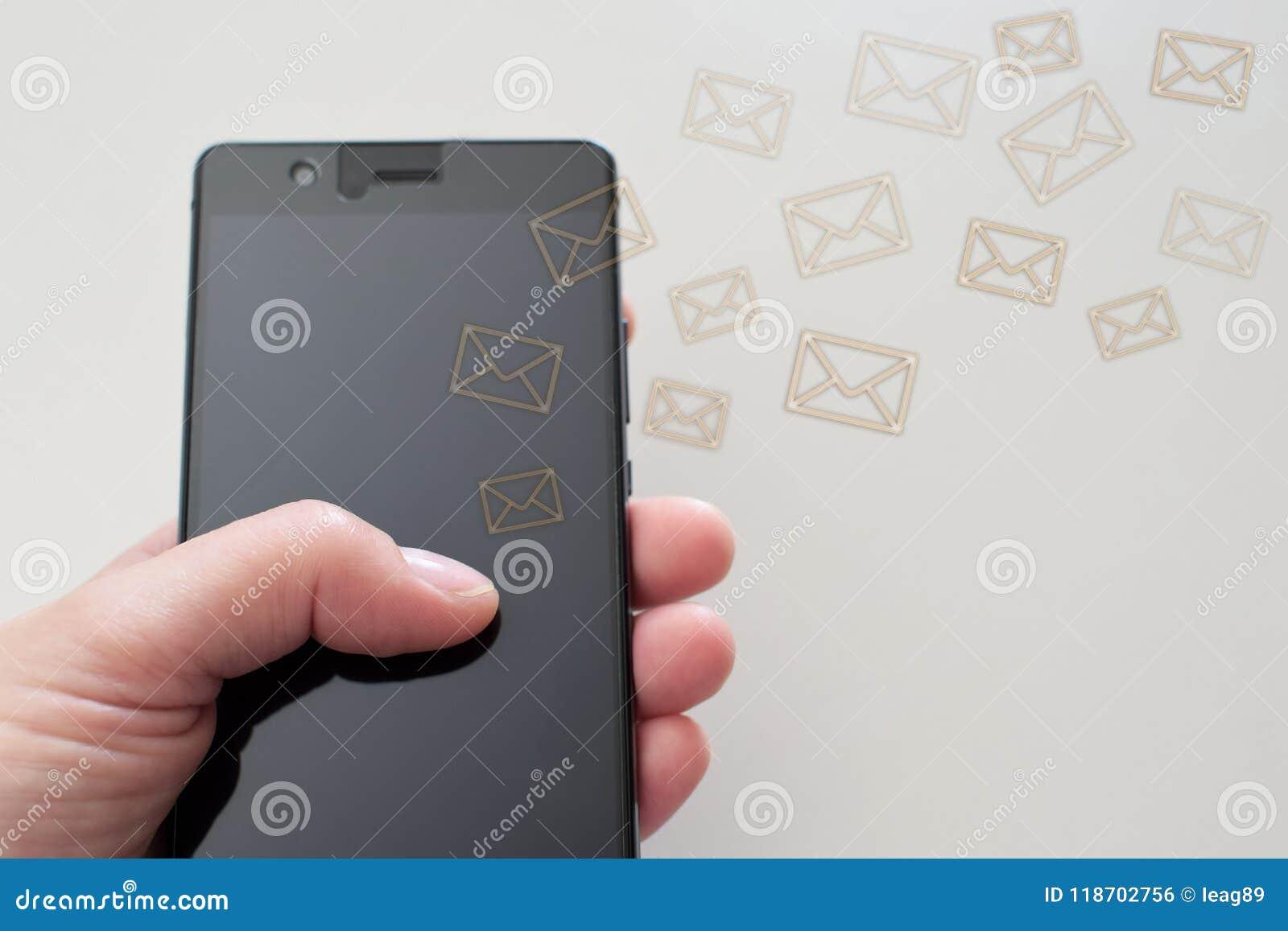 Hand die smarthphone gebruiken