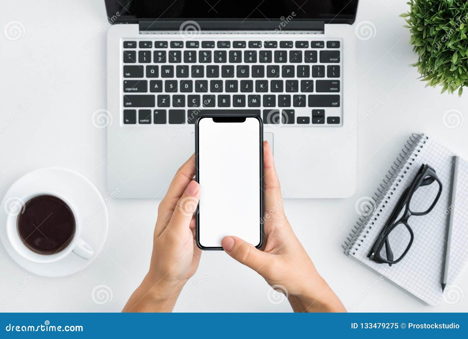 Hand die smartphone op witte houten achtergrond gebruiken