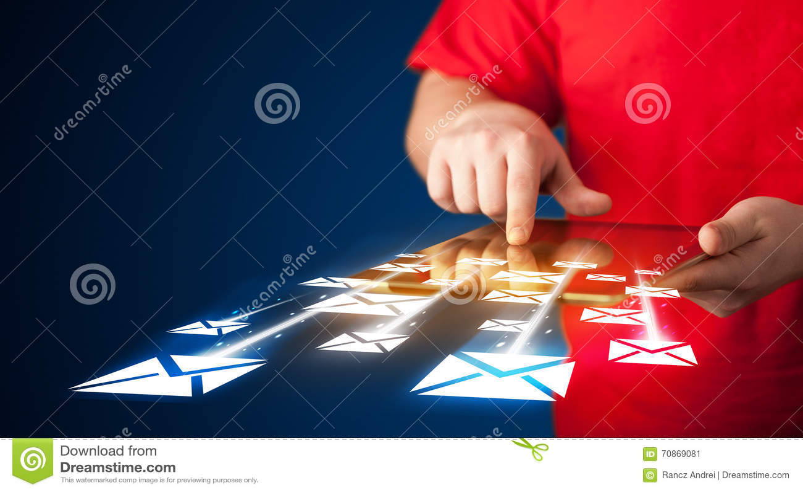 Hand, die Tablette hält und E-Mail-Ikonen sendet
