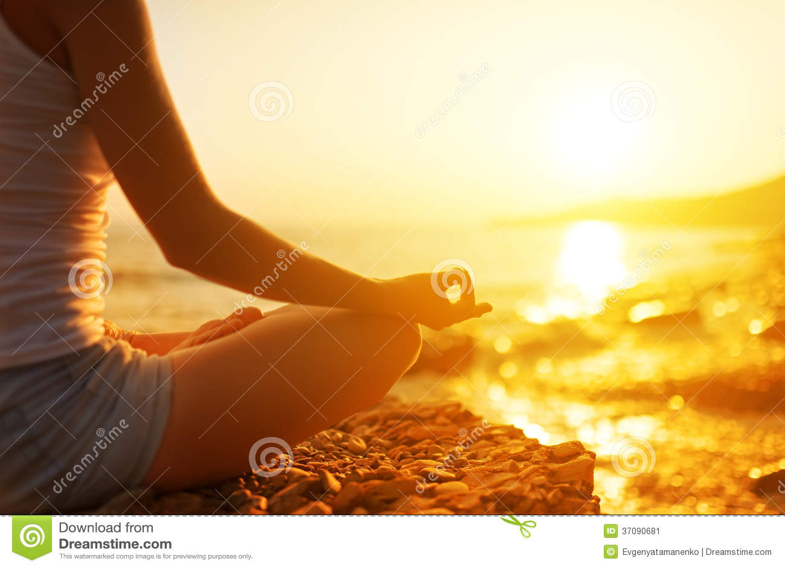 Hand die van vrouw in een yoga de mediteren stelt op strand