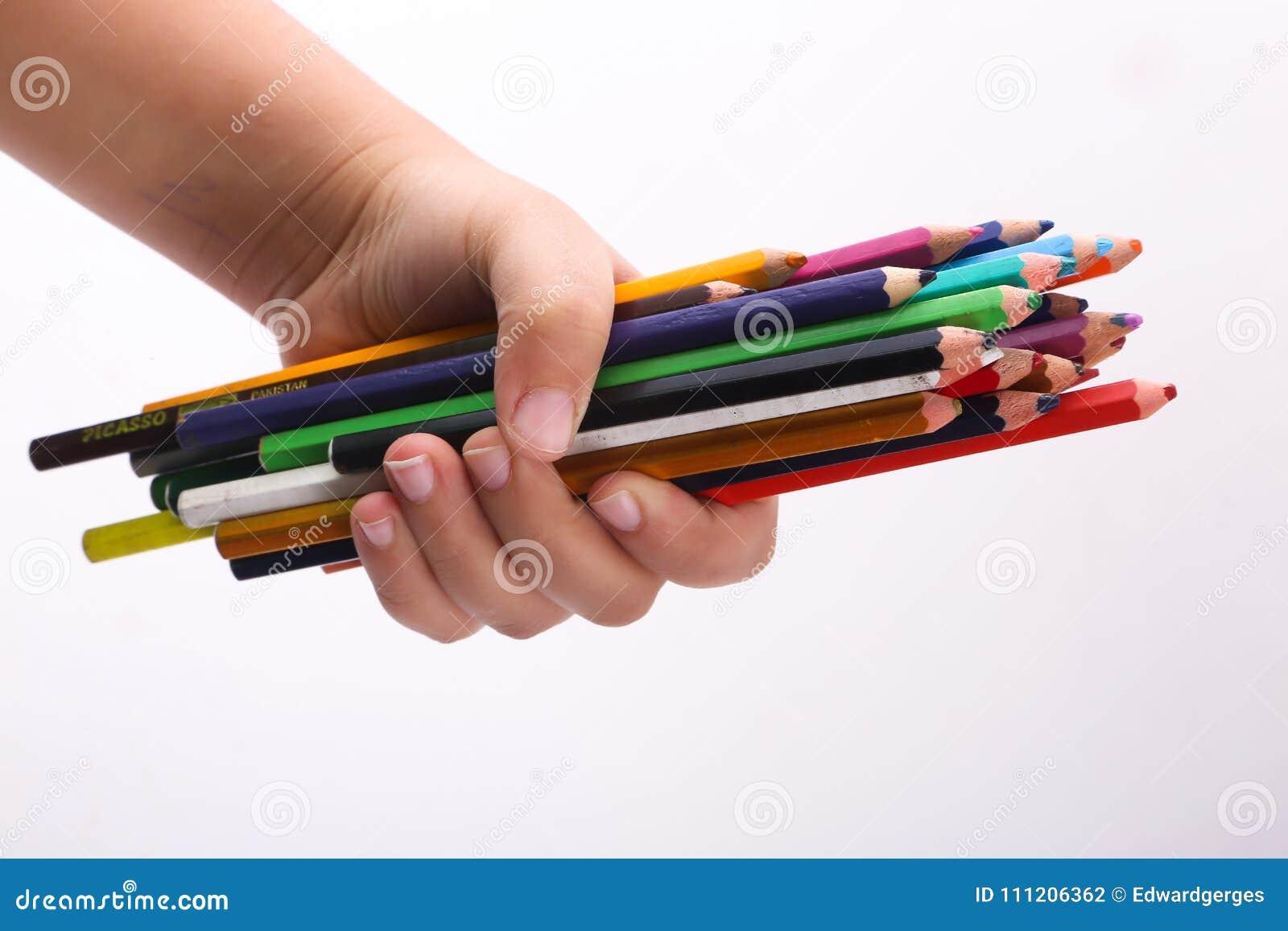Hand, die Vielzahl von hölzernen Farben hält