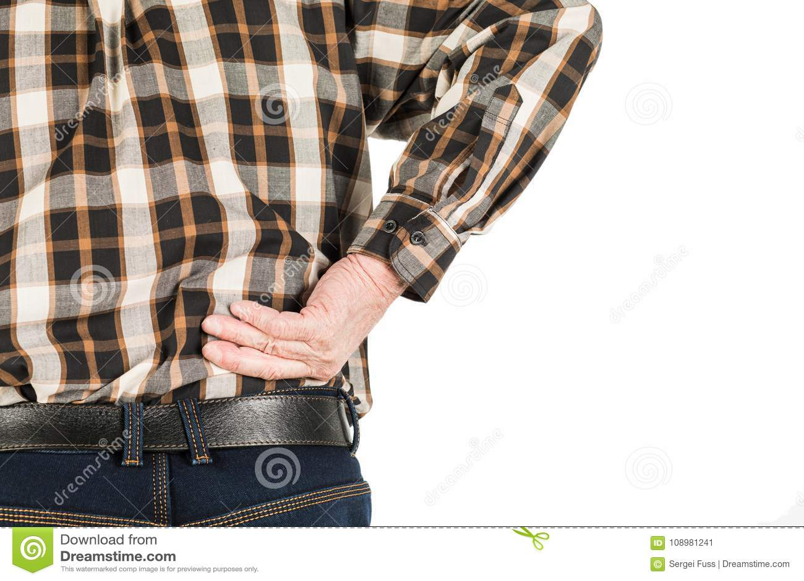 Hand eines älteren Mannes mit Rückenschmerzen, lokalisiert auf Weiß