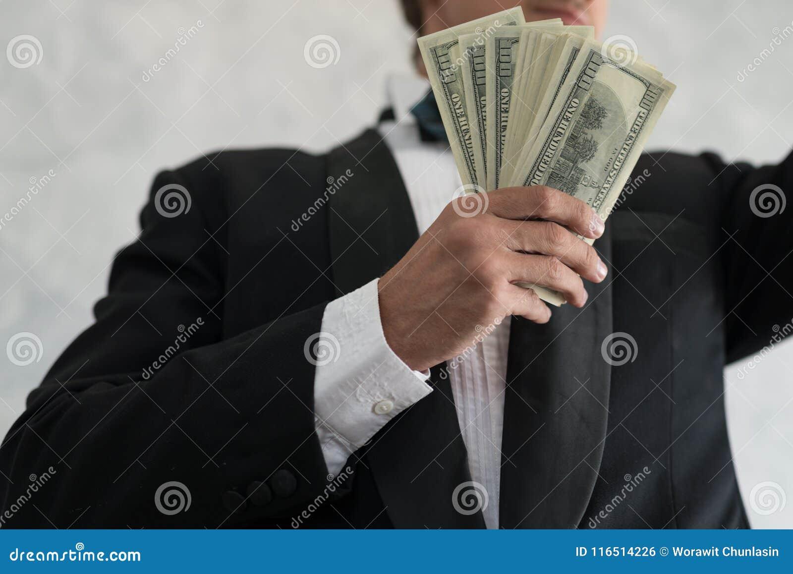 Hand eines Geschäftsmannes, der Bargeld hält, sind in Geschäft, w erfolgreich